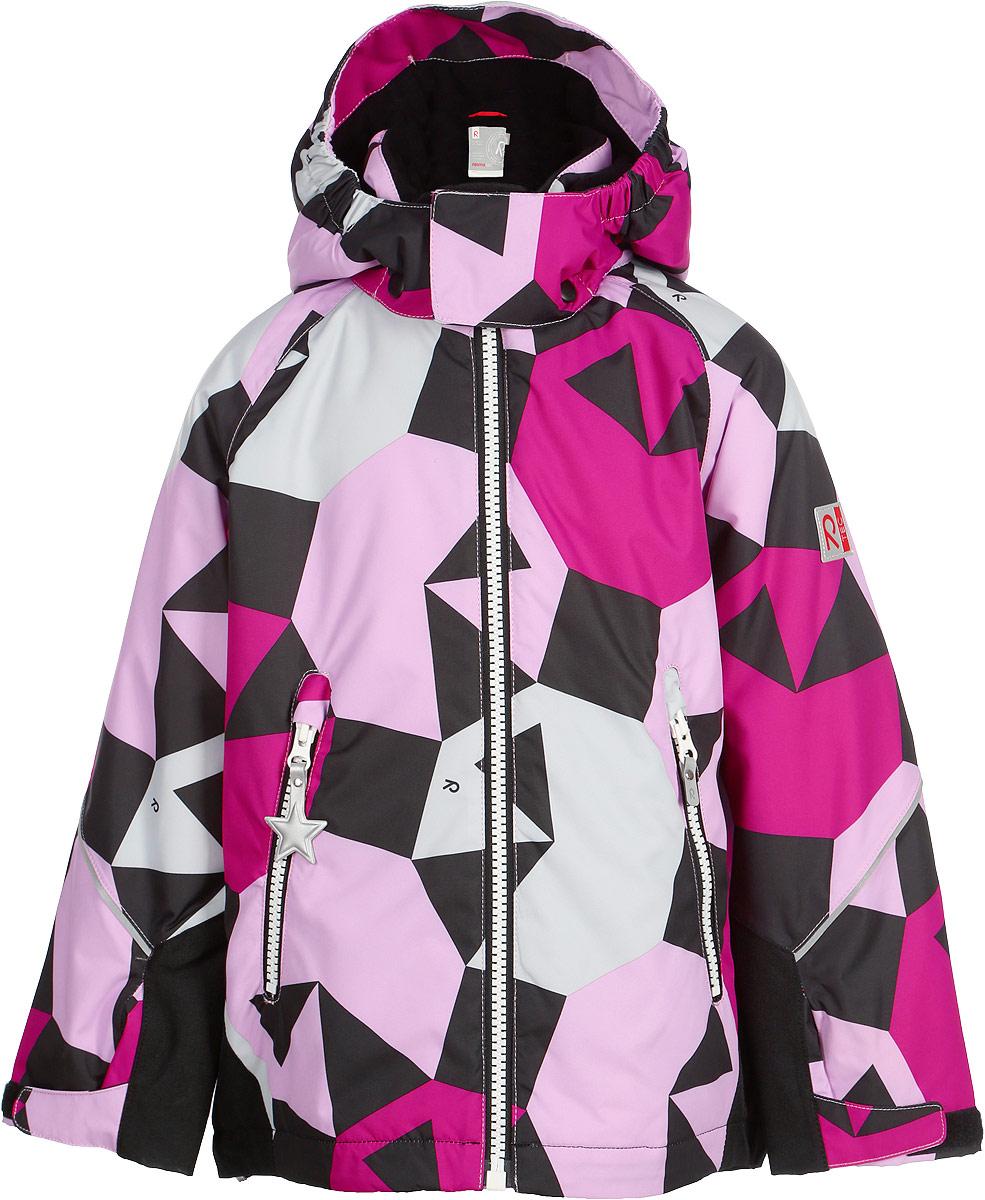 Куртка детская Reima Reimatec Kiddo Grane, цвет: черный, розовый. 521511B4623. Размер 104521511B4623Функциональная куртка Reimatec Kiddo изготовлена из износостойкого, дышащего, водо- и ветронепроницаемого материала с водо- и грязеотталкивающей поверхностью. Все швы проклеены, водонепроницаемы. Рукава и спинка этой снабжены прочными усилениями, которые защищают участки, больше всего подверженные износу во время подвижных игр и катания на санках. У этой модели прямой покрой с регулируемой талией и подолом, так что силуэт можно сделать более облегающим. Концы рукавов тоже регулируются застежкой на липучке, как раз под ширину перчаток. Съемный капюшон защищает от холодного ветра, а еще обеспечивает дополнительную безопасность во время игр на улице – поскольку он легко отстегнется, если случайно за что-нибудь зацепится. По краю капюшона предусмотрен ветроотражатель, который обеспечивает шее дополнительную защиту. Куртка снабжена гладкой подкладкой из полиэстера, двумя карманами на молнии и светоотражателями. Полная функциональность: от повседневного комфорта до экстремальных условий.Средняя степень утепления.