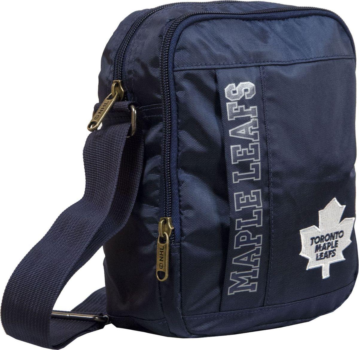Сумка на плечо Atributika & Club Toronto Maple Leafs, цвет: синий, 15 л. 5803058030Сумка на плечо Atributika & Club изготовлена из 100% полиэстера. Модель имеет одно основное отделение, которое закрывается на застежку-молнию. Спереди расположен большой накладной карман на молнии. Ремень для носки через плечо регулируется по длине. Модель украшена оригинальной вышивкой.