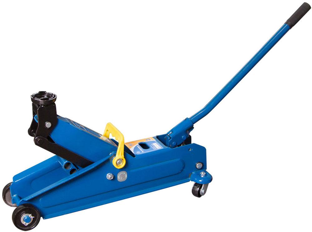 Домкрат подкатной Kraft, гидравлический, 3 тКТ 820005Подкатной гидравлический домкрат Kraft предназначен для поднятия грузов. Домкрат отличается простотой обслуживания и надежностью в эксплуатации, позволяя осуществить плавный подъем груза и его точную остановку на заданной высоте при небольшом рабочем усилии.В каждый подкатной гидравлический домкрат Kraft встроен предохранительный клапан, который защищает домкрат от поломки при поднятии груза больше заявленной грузоподъемности. При превышении допустимого веса клапан открывается, и поршень домкрат плавно опускается вниз. В комплекте с домкратом идет удобная ручка. Удобная конструкция ручки позволяет поднять домкрат на заданную высоту, приложив минимум усилия. В гидроцилиндре домкрата залито морозостойкое масло, которое не теряет свою вязкость при температуре до -45 градусов.
