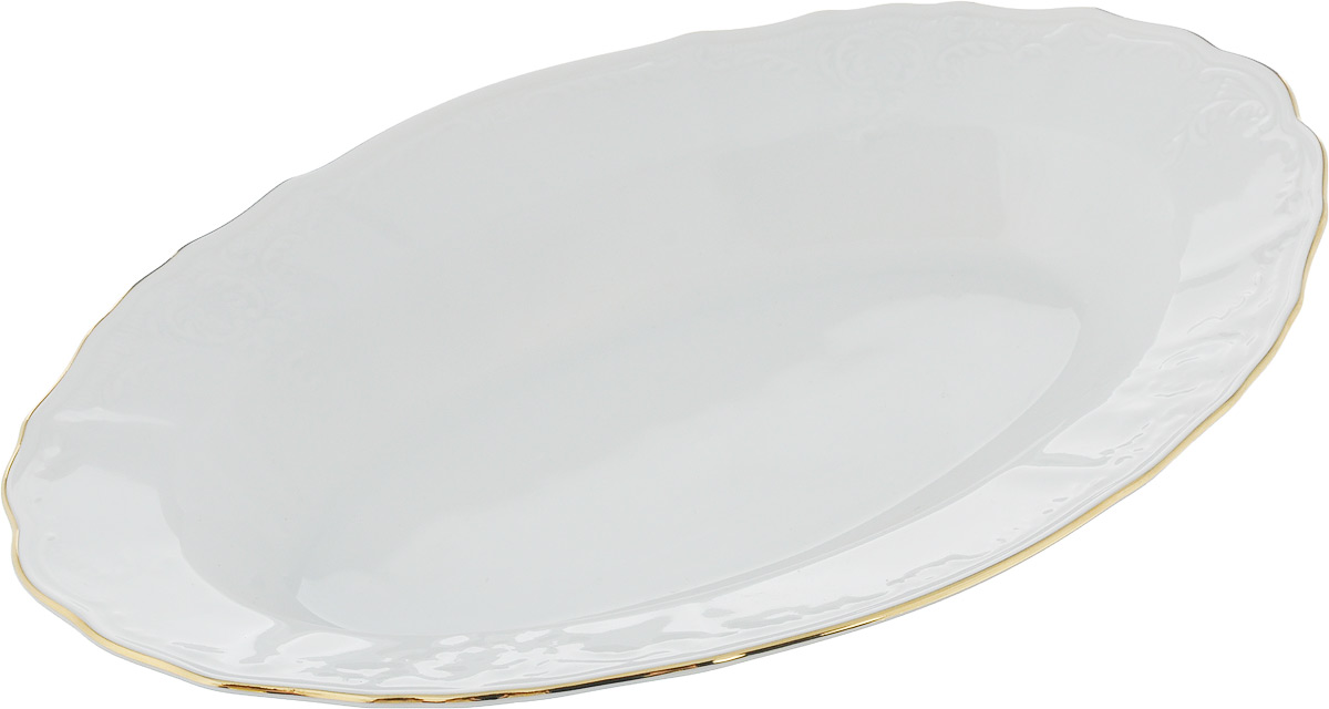 """Овальное блюдо Bernadotte """"Узор"""" выполнено из белоснежного фарфора с  покрытием глазурью. Изделие украшено золотистой эмалью по  краю и изысканным рельефным орнаментом. Оно прекрасно  подойдет для сервировки разнообразных блюд - закусок,  нарезок, салатов, канапе, овощей и фруктов, пирожных. Такое  блюдо красиво дополнит сервировку вашего стола. Отлично  подойдет как для повседневного использования, так и для  торжественных случаев."""