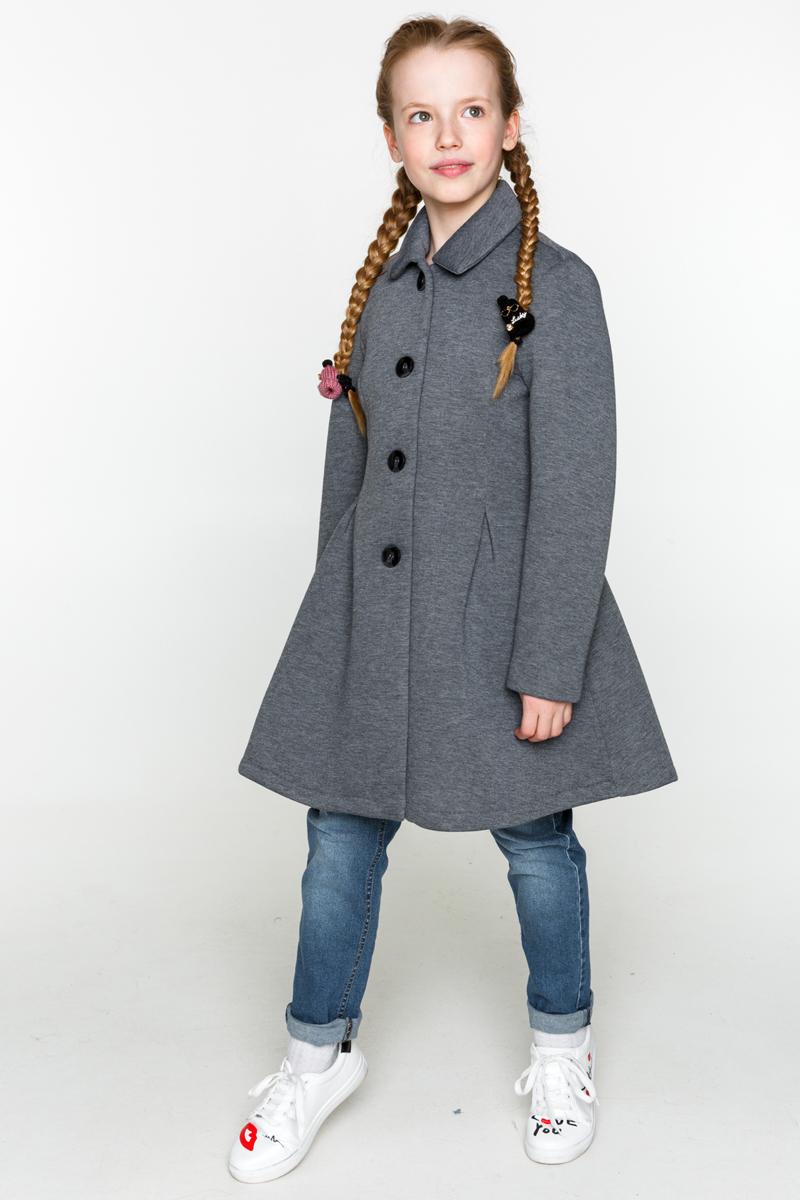 Пальто для девочки Acoola Erina, цвет: серый. 20200610001_1900. Размер 12820200610001_1900Пальто для девочки Acoola Erina выполнено из плотного трикотажа, с яркой принтованной подкладкой и декоративными защипами спереди и сзади. Модель приталенного силуэта с классическим отложным воротником, застежкой на пуговицы и прорезными карманами по бокам.