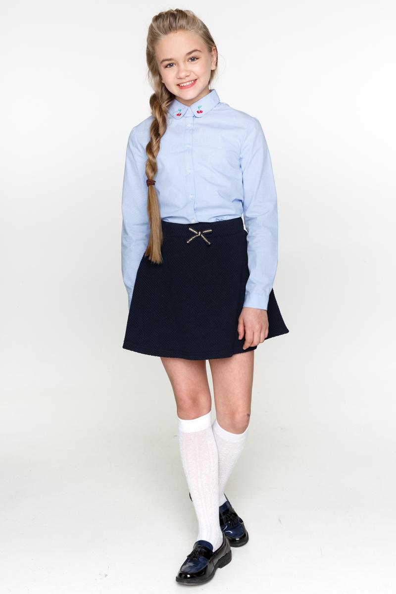 Блузка для девочки Acoola Candela, цвет: голубой. 20210260040_400. Размер 15820210260040_400Блузка для девочки Acoola Candela выполнена из хлопковой ткани шамбре, с отложным воротником, декорированным яркой вышивкой. Модель свободного силуэта с длинными рукавами, застежкой на пуговицы спереди, короткими разрезами по бокам и защипом на спинке.