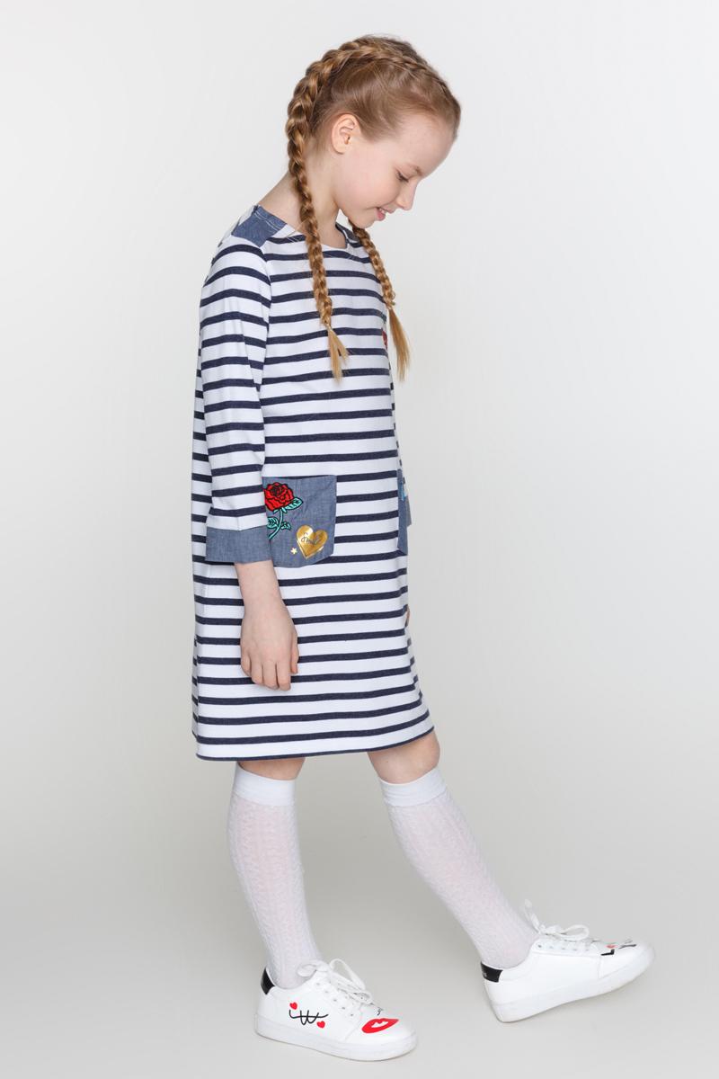 Платье для девочки Acoola Zaz, цвет: темно-синий, белый. 20210200161_4400. Размер 15220210200161_4400Трикотажное платье для девочки Acoola Zaz в полоску, декорированное контрастными вставками из ткани шамбре и яркими нашивками. Модель свободного силуэта с круглым вырезом горловины, рукавами длиной 3/4, двумя накладными карманами спереди и застежкой на одну кнопку.