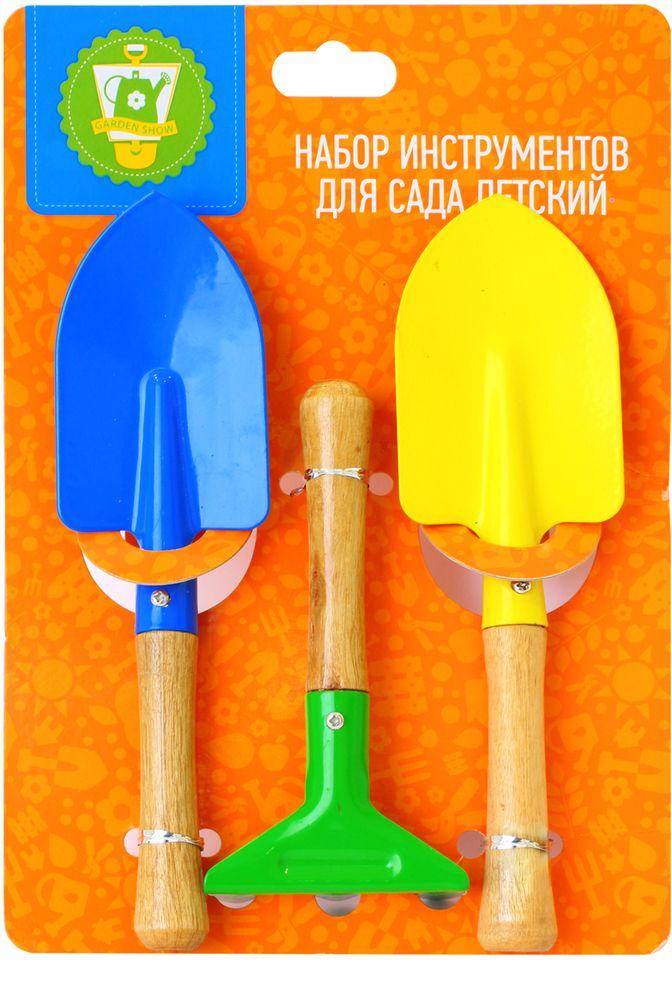"""Детский набор инструментов для сада """"Garden Show"""" включает 2 совка ( с прямоугольной и заостренной поверхностью) и грабли. Рабочая поверхность выполнена из цветного металла, а ручки - из натуральной сосны. Яркие цвета привлекут внимание ребенка, с таким набором он сможет ухаживать за растениями в саду совсем как взрослый.  Длина грабель: 14,5 см.  Длина совков: 20 см, 22 см."""