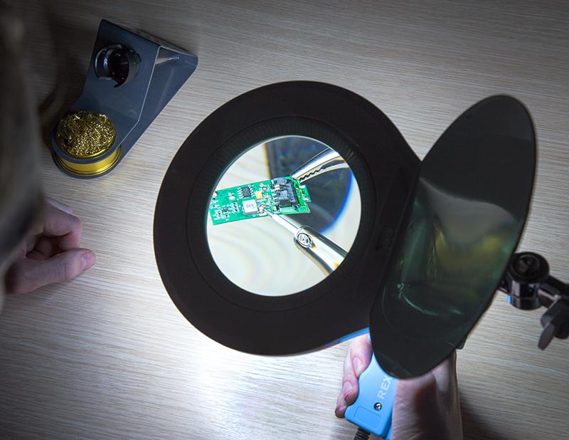Лупа на струбцине круглая настольная 5Х с подсветкой 90 LED, черная Rexant Rexant