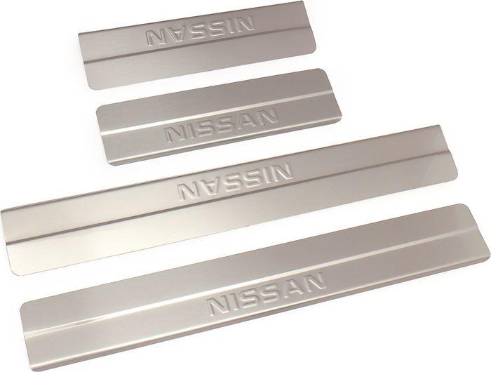 Накладки внутренних порогов DolleX, для Nissan X-Trail (2015), ступенчатые, 4 штNSI-009Накладки внутренних порогов DolleX (ступенчатые) придают автомобилю стильный и неповторимый вид, эффективно защищают пороги от повреждения лакокрасочного покрытия. Подходят для NissanX-Trail 2015 года выпуска и выше. На накладках присутствует штамп Nissan.Отличительные особенности:- Полностью повторяет геометрию порога;- Полированная нержавеющая сталь;- Толщина стали 0,5 мм.;- Стильный внешний вид;- Легкая и быстрая установка;- Крепление - лента липкая двухсторонняя.Комплект: размер 500х69 мм - 2 шт.размер 270х69 мм - 2 шт.