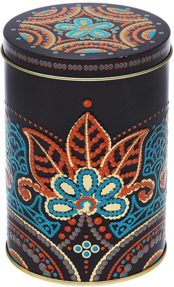 Банка для сыпучих продуктов Рязанская фабрика жестяной упаковки Индийские узоры, 1,1 л135377-205_зеленыйМеталлическая банка Индийские узоры - лучший способ сохранить крупы и травы, чай и кофе в наилучшем состоянии. Изделия от Рязанской фабрики жестяной упаковки радуют потребителей уже долгие годы. Чем хороша именно эта банка? - Плотная крышка предохраняет содержимое от высыпания. - Защита от солнечного света продлевает срок годности продуктов. - Яркий дизайн добавит свежую нотку в оформление кухни. - Банка может быть использована для хранения мелких хозяйственных предметов.Наводите порядок на кухне со вкусом!