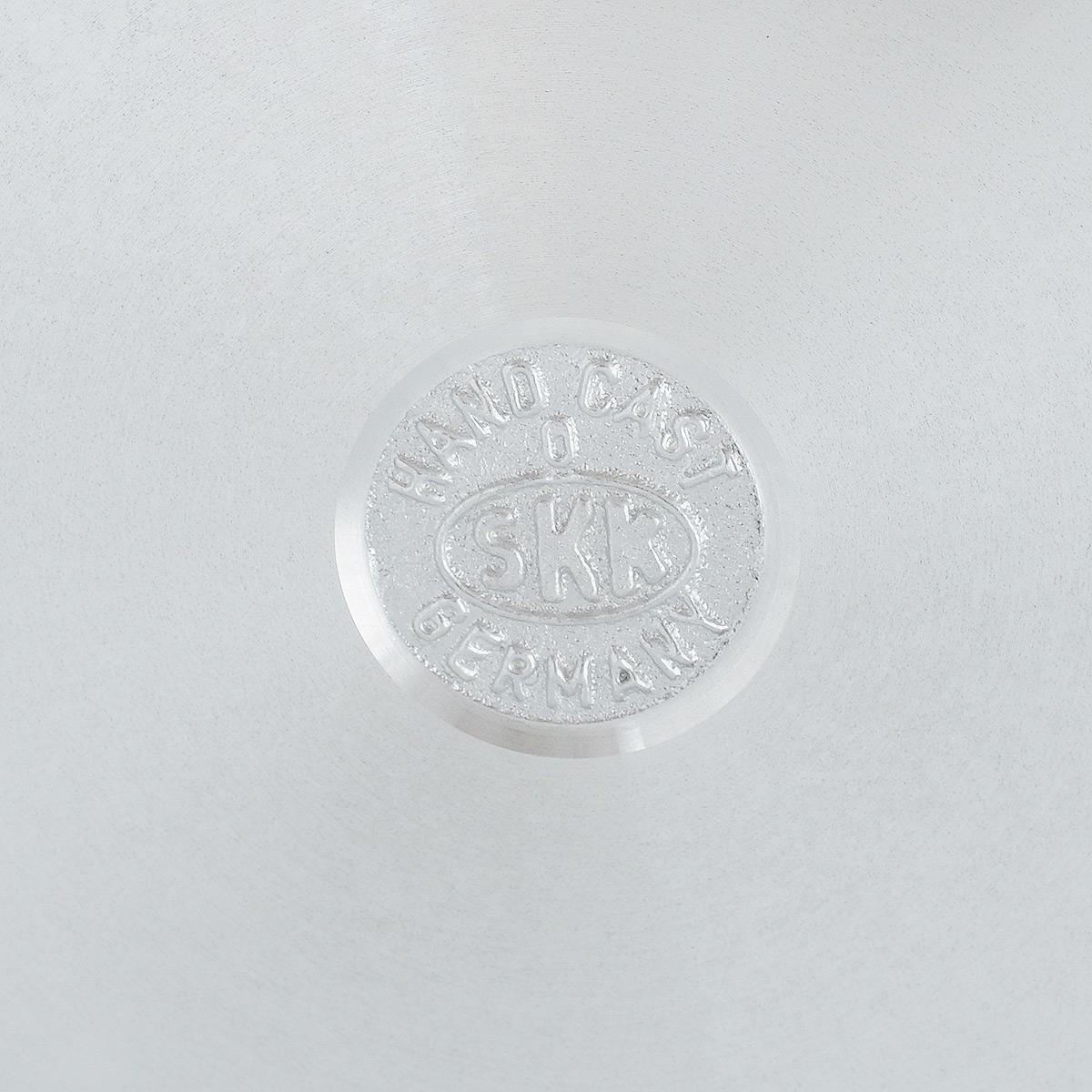 """Отличная прочная кухонная сковорода SKK """"Diamant"""" выполнена из алюминия и снабжена  высококачественным пятислойным титановым покрытием. Готовить можно с минимальным  количеством масла и жиров. Гладкая поверхность обеспечивает легкость ухода за посудой.  Изделие оснащено съемной бакелитовой ручкой, которая не нагревается в процессе готовки.   Сковорода подходит для использования на всех типах плит, кроме индукционных.  Можно мыть в посудомоечной машине. Диаметр сковороды (по верхнему краю): 26 x 26 см. Диаметр дна: 26 x 26 см. Высота стенки: 7 см."""