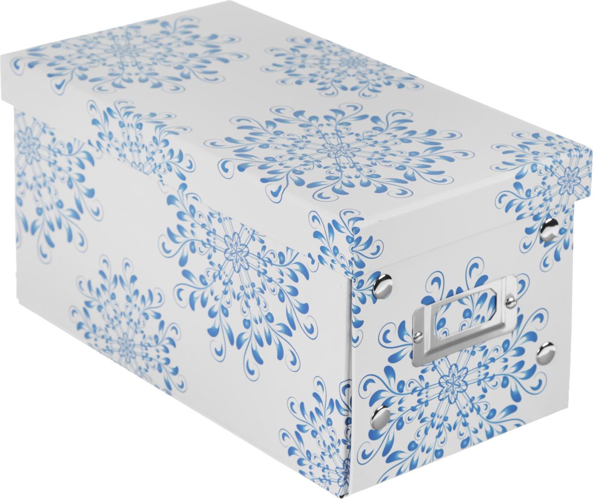 Коробка для хранения, складная, цвет: белый, синий, 15,5 х 27 х 14 смLS-8284 AKКоробкадля хранения изготовлена из высококачественного плотного картонаи оформлена оригинальным принтом. Она предназначена для хранения различных мелочей. Изделие легко собирается с помощью металлических креплений и не занимает много места. Такая коробка для хранения идеальное решение для аккуратного хранения различных ниток, канцелярских товаров.Размер коробки (в собранном виде): 15,5 х 27 х 14 см.