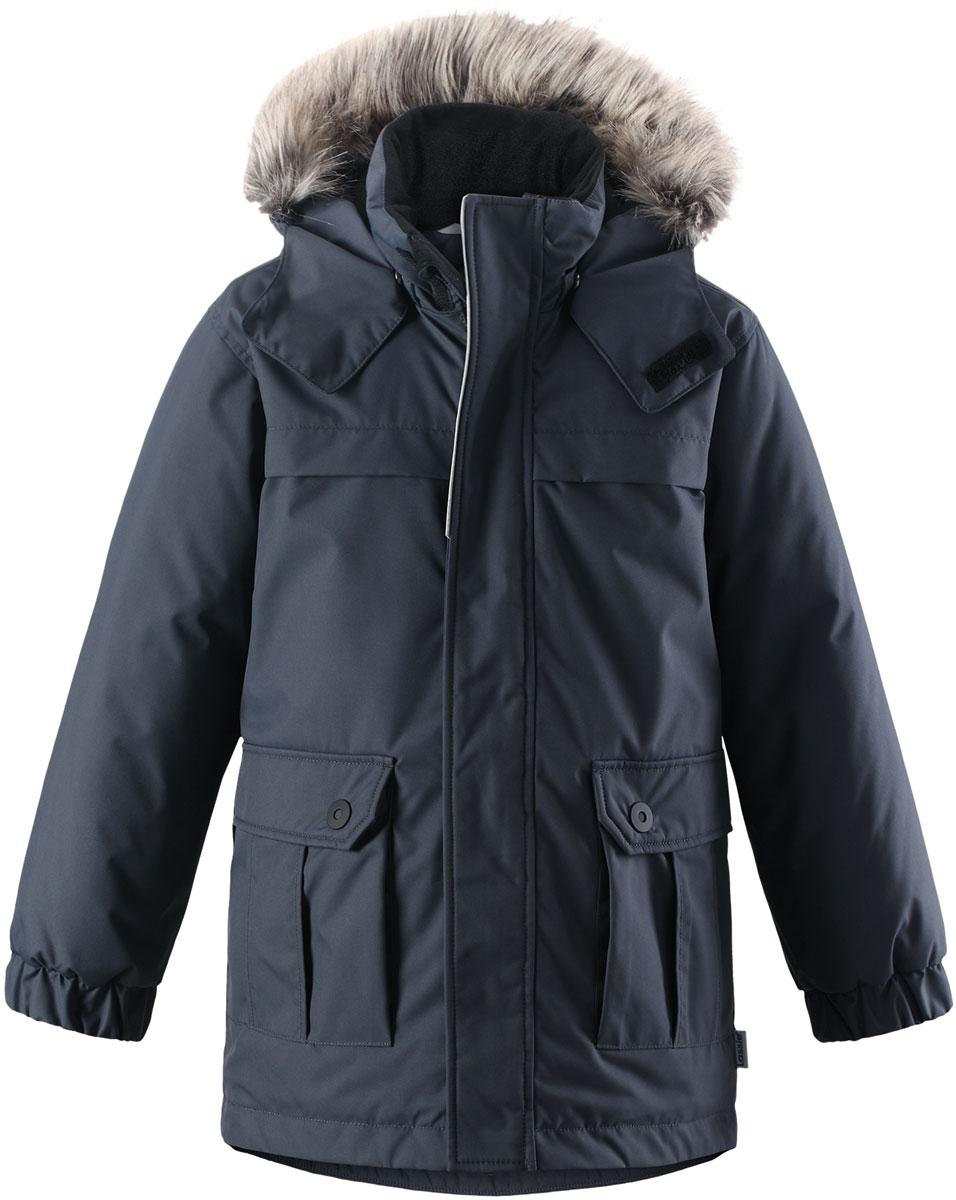 Куртка детская Lassie, цвет: серый. 7217179680. Размер 1107217179680Детская куртка-парка Lassie c длинными рукавами, съёмным капюшоном и воротником-стойкой изготовлена из ветронепроницаемого, дышащего материала с верхним водо- и грязеотталкивающим слоем. Капюшон оформлен искусственным мехом, который при желании можно отстегнуть. Подкладка - полиэстер. Наполнитель - синтепон. Модель застегивается на застежку-молнию спереди и имеет ветрозащитный клапан на липучках. Парка имеет два накладных кармана с клапанами. Рукава оснащены эластичными резинками на манжетах. Изделие дополнено светоотражающим логотипом на спинке.