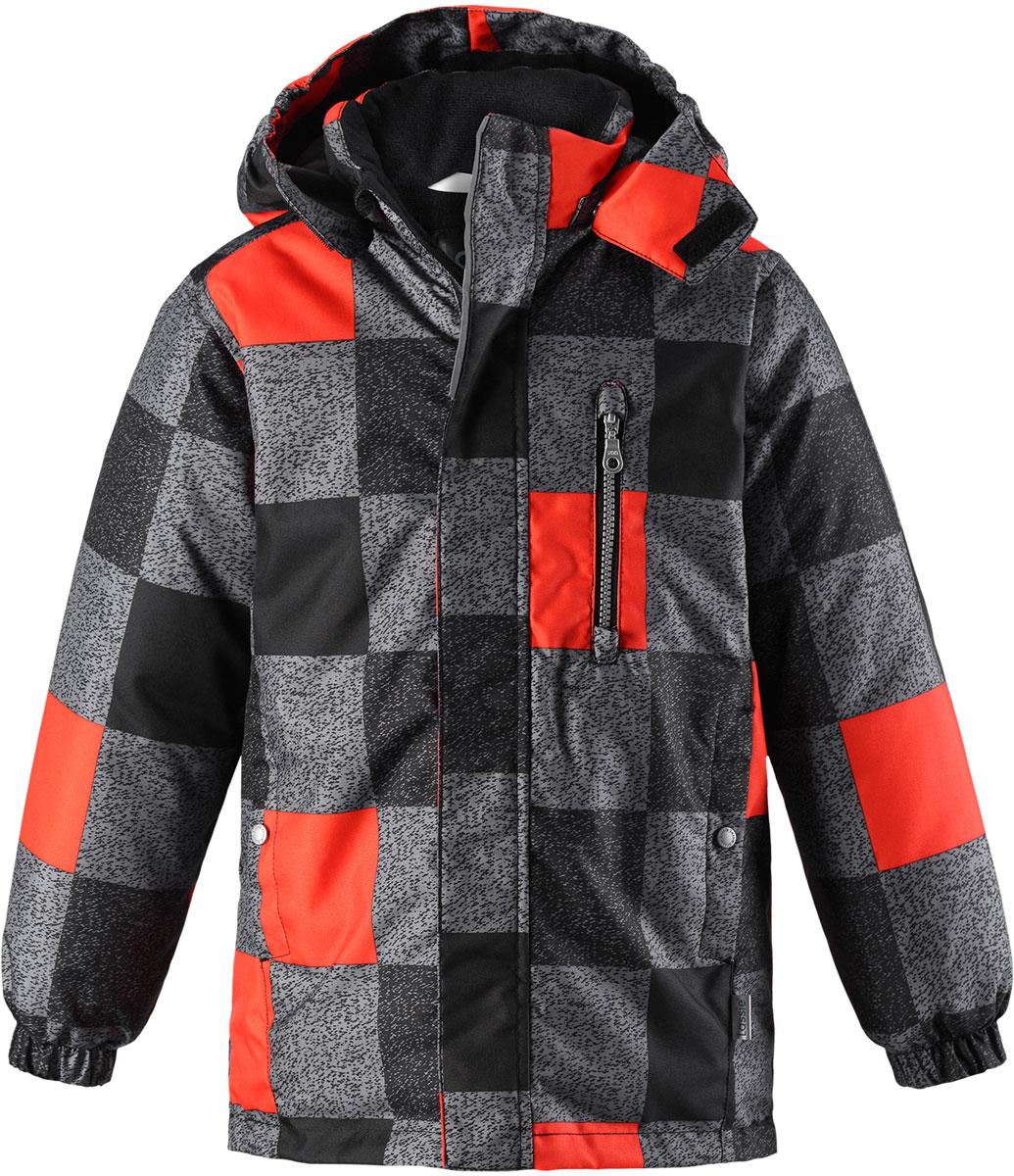 Куртка детская Lassie, цвет: черный, серый, красный. 7217199991. Размер 987217199991Детская куртка Lassie c длинными рукавами, съёмным капюшоном и воротником-стойкой изготовлена из ветронепроницаемого, дышащего материала с верхним водо- и грязеотталкивающим слоем. Подкладка - полиэстер. Наполнитель - синтепон. Модель застегивается на застежку-молнию и имеет ветрозащитный клапан на липучках. Куртка дополнена нагрудным карманом на застежке-молнии и имеет два боковых кармана на кнопках. Рукава оснащены эластичными резинками на манжетах. Изделие оформлено принтом в клетку и дополнено светоотражающим логотипом на спинке.