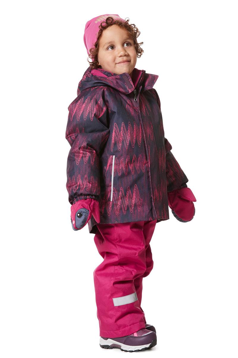 Комплект одежды для девочки Lassie: куртка, брюки, цвет: лиловый. 7237135993. Размер 1407237135993Прочный детский комплект состоит из куртки и брюк. Водоотталкивающий и ветронепроницаемый материал хорошо пропускает воздух, так что в этой куртке не вспотеешь. Куртка снабжена безопасным съемным капюшоном. Гладкая подкладка из полиэстера хорошо пропускает воздух и облегчает одевание. В куртке предусмотрены прорезные карманы. Брюки снабжены регулируемыми манжетами и съемными эластичными подтяжками, поэтому отлично сидят. Светоотражающие детали позволят лучше разглядеть маленьких любителей приключений, играющих на свежем воздухе в темное время суток.