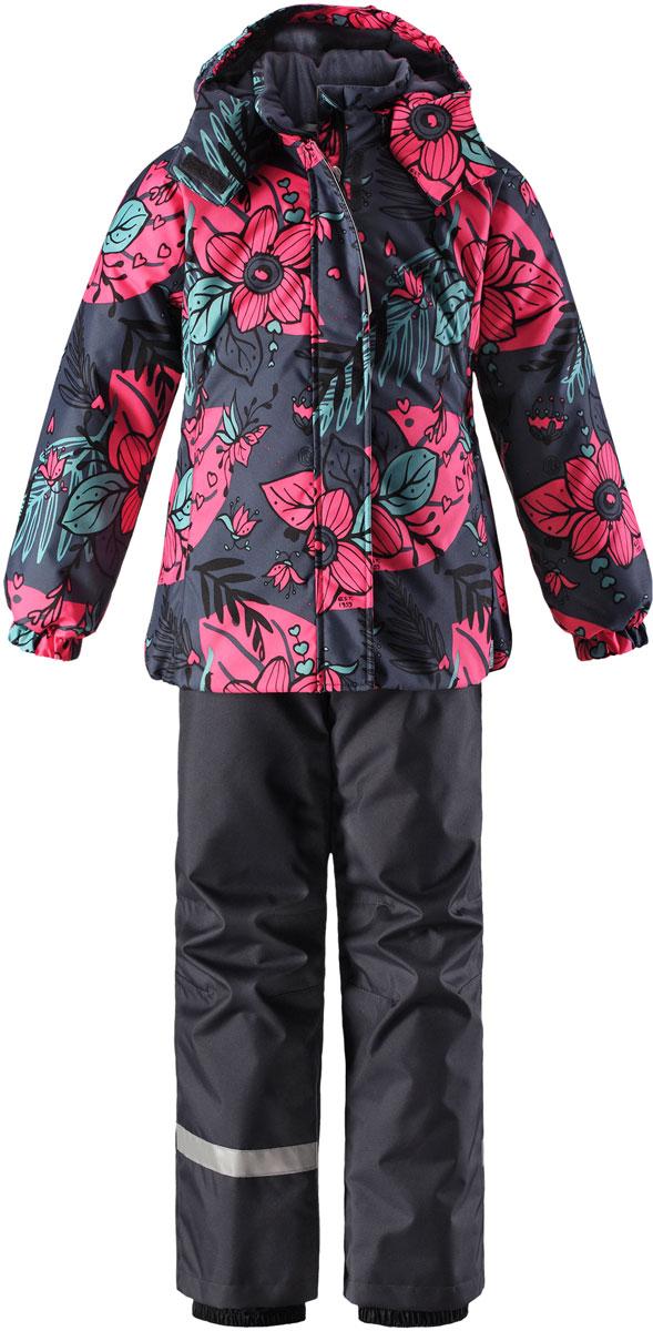 Комплект для девочки Lassie: куртка, брюки, цвет: серый, розовый. 7237149261. Размер 1407237149261Комплект одежды для девочки Reima Lassie, состоящий из куртки и брюк, идеально подойдет для активных детей, которые любят играть на улице в любую погоду. Комплект изготовлен из сверхпрочного, ветронепроницаемого и водоотталкивающего материала с покрытием из полиуретана. Подкладка выполнена из полиэстера. В качестве утеплителя используется 100% полиэстер. Куртка со съемным капюшоном и воротником-стойкой застегивается на пластиковую молнию с защитой подбородка. Модель оснащена двумя ветрозащитными планками. Внешняя планка имеет застежки-липучки. Капюшон, присборенный по бокам на резинки, защитит нежные щечки от ветра. Он пристегивается к куртке при помощи кнопок и дополнительно имеет клапан под подбородком с застежкой-липучкой. Для большего комфорта на капюшоне и воротнике используется мягкая и приятная на ощупь подкладка. На рукавах предусмотрены эластичные манжеты. По низу изделия проходит скрытая эластичная резинка со стопперами. Спереди расположены два прорезных кармана на застежках-липучках. Куртка оформлена цветочным принтом. Брюки прямого кроя имеют широкий эластичный пояс на кнопке и ширинку на застежке-молнии. Модель дополнена широкими эластичными лямками на липучках, регулируемыми по длине. Снизу брючин предусмотрены муфты с прорезиненными полосками, препятствующие попаданию снега в обувь и не дающие брючинам задираться вверх. Комплект дополнен светоотражающими элементами, которые не оставят вашего ребенка незамеченным в темное время суток. Теплый, удобный и практичный комплект идеально подойдет для прогулок и игр на свежем воздухе!
