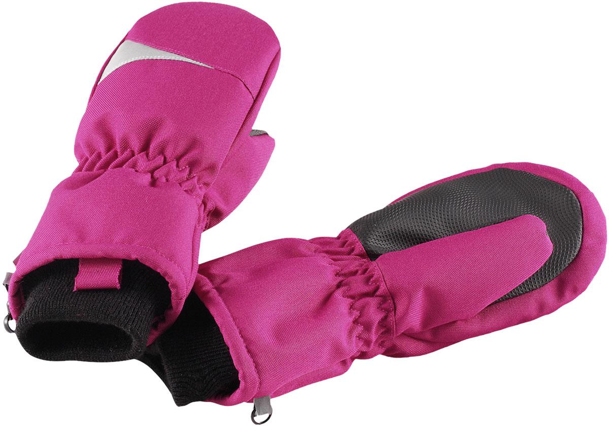 Варежки для девочки Lassie Lassietec, цвет: розовый. 7277154800. Размер 57277154800Зимние варежки Lassietec сочетают в себе практичность и комфорт! Отличный выбор для ежедневной носки. Варежки изготовлены из очень прочного, водо- и ветронепроницаемого дышащего материала и снабжены водонепроницаемой мембраной, которая обеспечит вашему ребенку долгие и сухие прогулки на свежем воздухе. Усиления на ладони и большом пальце не пропускают влагу и обеспечивают хороший захват. Трикотажная подкладка из полиэстера с начесом очень мягкая и приятная на ощупь. Высокая манжета и резинка на запястье обеспечивают удобную посадку варежки на руке. Сверху варежки дополнены светоотражающей вставкой.