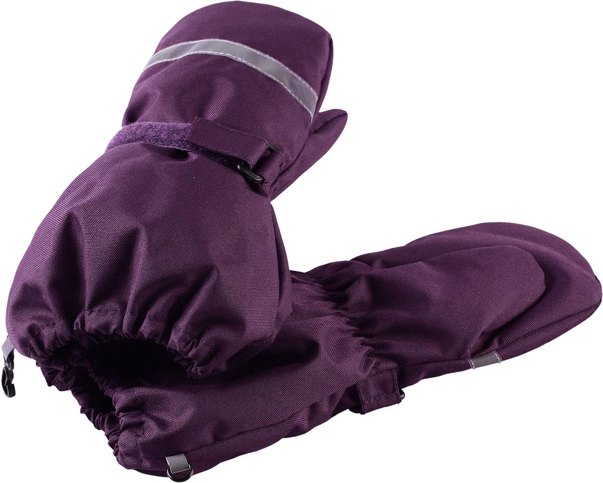 Варежки для девочки Lassie, цвет: лиловый. 7277174920. Размер 47277174920Зимние варежки Lassietec сочетают в себе практичность и комфорт! Отличный выбор для ежедневной носки. Варежки изготовлены из очень прочного, водо- и ветронепроницаемого дышащего материала и снабжены водонепроницаемой мембраной, которая обеспечит вашему ребенку долгие и сухие прогулки на свежем воздухе. Усиления на ладони и большом пальце не пропускают влагу и обеспечивают хороший захват. Трикотажная подкладка из полиэстера с начесом очень мягкая и приятная на ощупь. Благодаря удобной застежке на липучке варежки хорошо и плотно сидят на руке. Сверху варежки дополнены светоотражающей вставкой.
