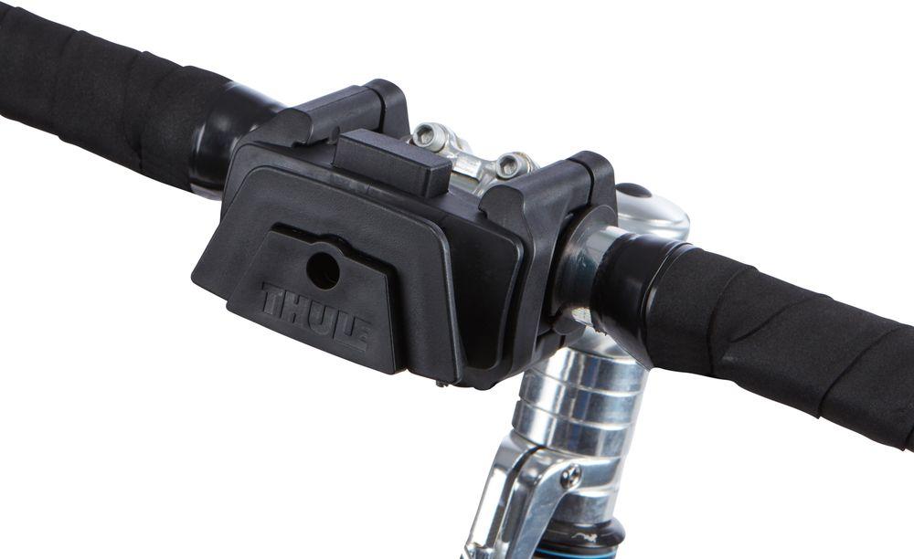 """Держатель на руль Thule """"Pack?n Pedal"""" имеет облегченную систему монтажа для быстрого доступа к сумкам и аксессуарам Thule для   размещения на руле. Удобная фиксация на большинстве велосипедных рулей (31,8 мм, 26 мм и 25,4 мм).  Простая установка . Простое крепление сумок и аксессуаров Thule по направлению к велосипедисту или в сторону движения. Кнопочный фиксатор обеспечивает надежную установку аксессуаров и их снятие за считанные секунды. Совместимо со всеми сумками для размещения на руле и дополнительными принадлежностями Thule Pack'n Pedal и Thule Shield. Размеры : 9 x 8,9 x 8,6 см      Гид по велоаксессуарам. Статья OZON Гид"""