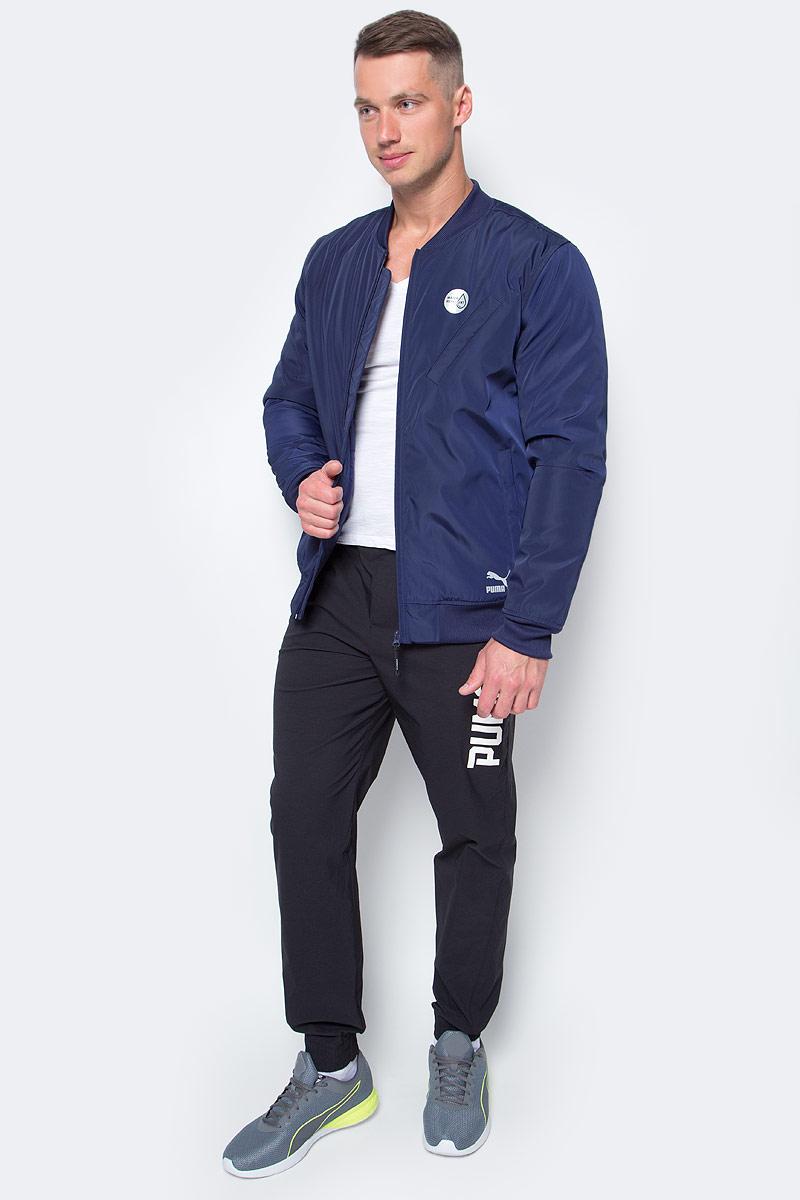 Куртка мужская Puma Evo Core Bomber, цвет: синий. 57162608. Размер XL (50/52)571626_08Куртка создана для повседневной носки, но высокотехнологичные детали, созданные для активного отдыха, добавляют ей спортивного шика. Модель декорирована логотипом Puma из светоотражающего материала и графическим рисунком из светоотражающего материала сзади. Карманы спереди имеют застежки-молнии. Изделие, включая его рукава, посажено на стеганую подкладку. Манжеты, воротник и пояс отделы плосковязаным плотным трикотажем в резинку. Изделие изготовлено из водоотталкивающего материала.