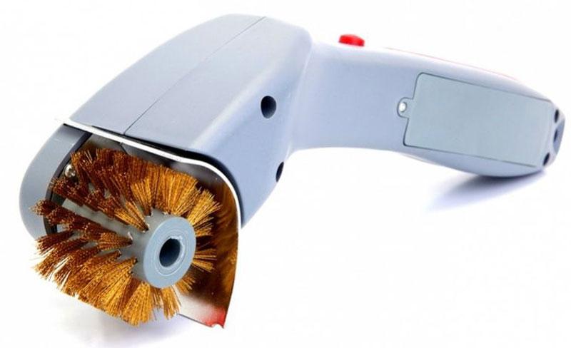 Электрощетка Bradex, для решеток барбекюTD 0383Электрощетка Bradex поможет вам в считаные минуты очистите решетку от пищи и нагара до идеального блеска.Каждый любитель шашлыка и барбекю прекрасно знает, сколько времени и сил тратится на отмывание решетки или шампуров от остатков рыбы, мяса, а также пригоревшего жира. Порой этот фактор даже бывает значим при принятии решения о приготовлении блюд на огне или в духовом шкафу. К счастью, появилась электрощетка для решеток барбекю. С ее помощью вы в считаные минуты очистите решетку от пищи и нагара до идеального блеска.Преимущества:Не нужно прилагать усилий для очистки;Жесткие металлические щетинки доберутся до самых труднодоступных участков решетки и шампуров;Удобная эргономичная рукоятка с кнопкой включения;Прекрасно подходит для очистки шампуров, решеток для мангала, барбекю и духового шкафа;Не требует подключения к сети питания, работает от 4 или 8 (для увеличения мощности щетки) батареек типа АА (1,5V).