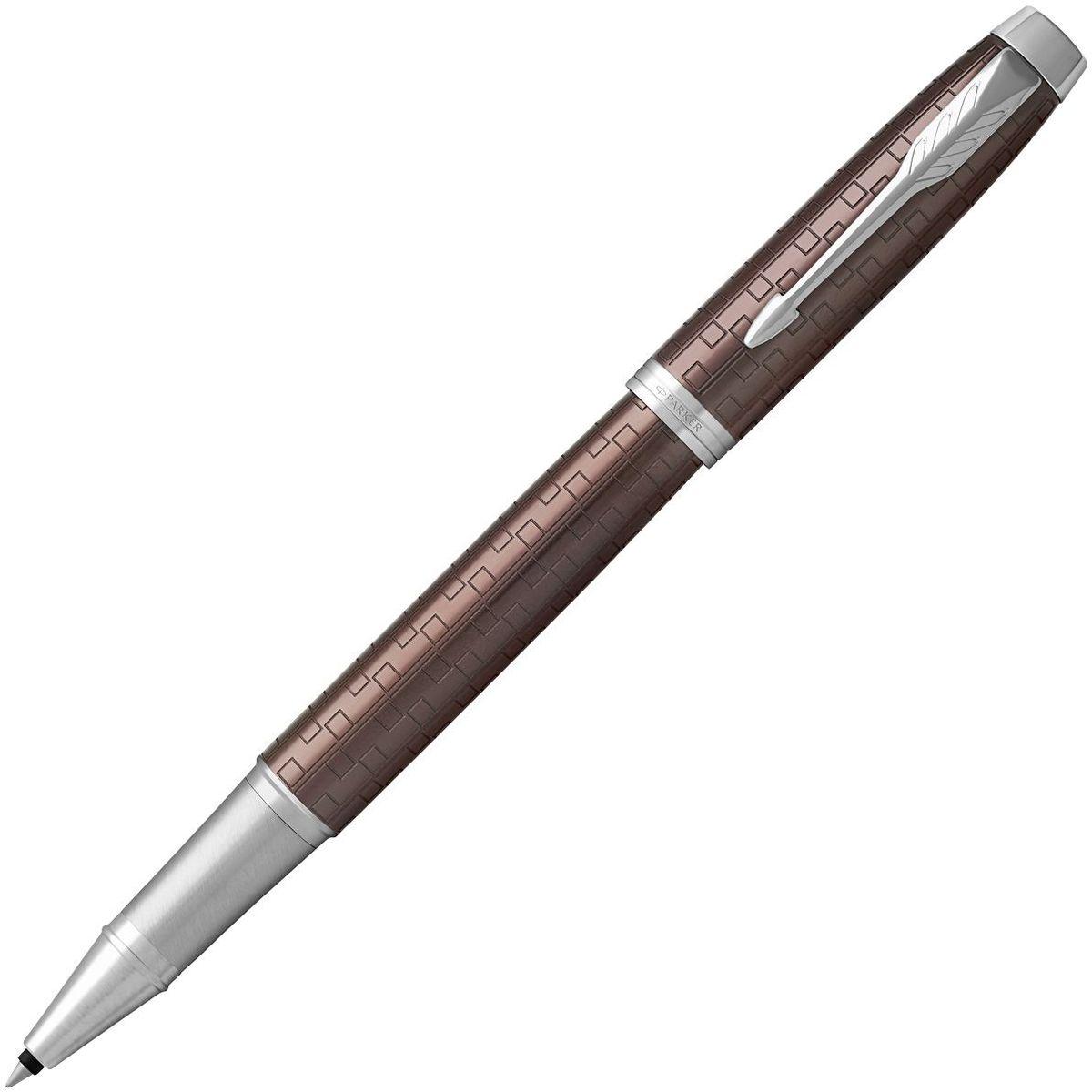 Parker Ручка-роллер IM Premium Brown CT чернаяPARKER-1931678Ручка-роллер Parker IM Premium Brown CT выполнена в корпусе из анодированного алюминия с выгравированными оригинальными графическими узорами. Хромированная отделка деталей выполнена с полировкой.Ручка-роллер Parker IM Premium Brown CT аккуратно упакована в футляр.Марка Parker гарантирует полную уверенность в превосходном качестве товара. Ручка-роллер Parker IM Premium Brown CT будет не только долго служить, но и неизменно радовать удобством и легкостью письма, надежностью в эксплуатации и прекрасным эстетическим исполнением.