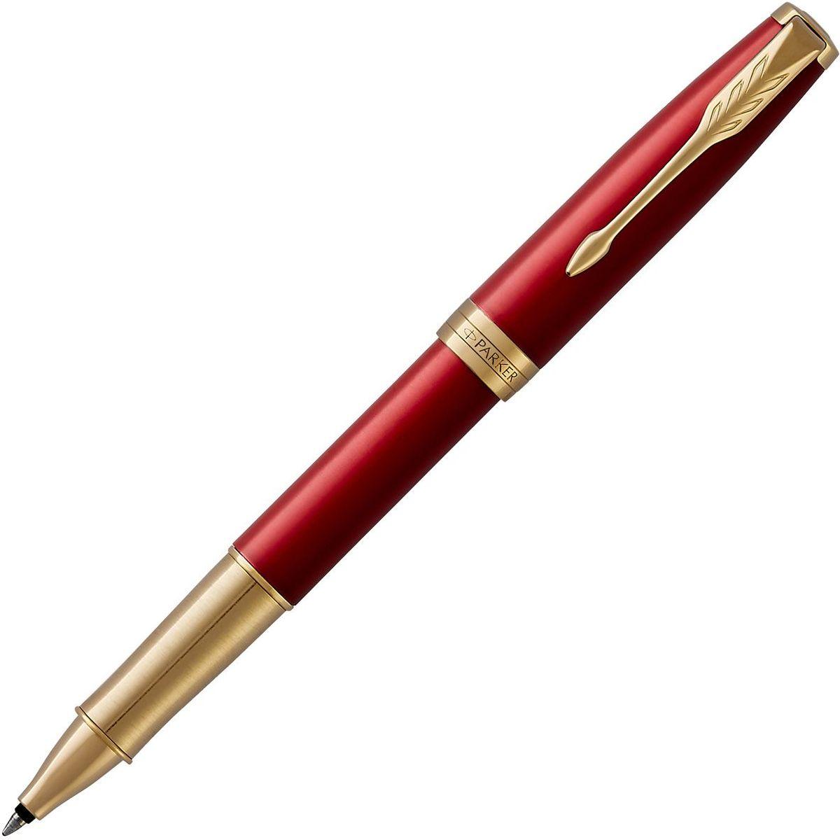 Parker Ручка-роллер-премиум SONNET Red GT чернаяPARKER-1948085Ручка-роллер Parker Sonnet Red GT отличается тонкой гармонией, с которой в ней соединяются традиция и оригинальность. Ееуникальность таится в умеренном стиле и классических формах. Это - идеальное сочетание уверенного знания и взвешенной мысли, необходимоево все времена. Изысканное лаковое покрытие красного цвета в сочетании с декоративным элементами, покрытыми золотом. Ручка упакована в фирменнуюкоробку Parker. Система заправки: заменяемые стандартные стержни Parker для ручек-роллеров.Материал отделки деталей корпуса:Торец ручки: латунь, покрытая золотом.Зажим колпачка: сталь, покрытая золотом.Кольцо: латунь, покрытая золотом.Зона захвата из отполированной нержавеющей стали, покрытой золотом.