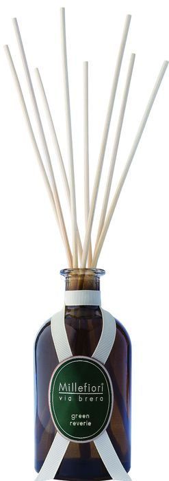 Ароматический диффузор Millefiori Milano Via Brera наполнит  ваш дом неповторимым ароматом зелени. Ароматизатор  произведен из натуральных компонентов и является  образцом качественного и безопасного продукта для дома.   Ароматический диффузор с палочками - это простое, изящное  и долговременное решение, как наполнить дом или офис  приятным запахом. Просто поместите ротанговые палочки в  емкость с ароматической жидкостью. Степень интенсивности  запаха может регулироваться объемом ароматической  жидкости и количеством палочек.  Диффузор - это не просто освежитель воздуха, а элемент  декора, который окутает вас своим приятным и нежным  ароматом. Описание ароматической композиции:  Вневременные, свежие, вечнозеленые ноты воплощают этот  сладкий бальзамический аромат. Базовые ноты: Красные ягоды, Перец душистый, Цедра  апельсина. Средние ноты: Сосновая хвоя, Кипарис. Верхние ноты: Богатый пихтовый бальзам, Кедр, Сандал,  Ветивер, Амбра.  Товар сертифицирован.