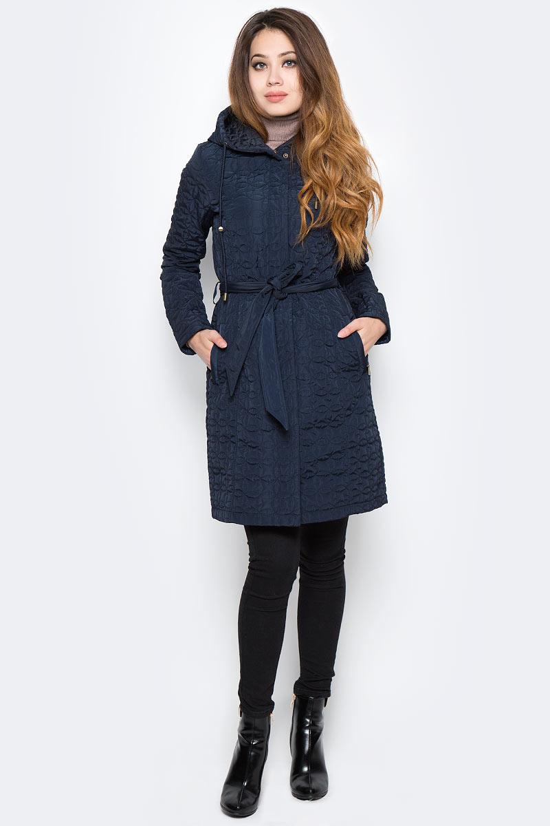 Пальто женское Sela, цвет: темно-синий. CEpq-126/757-7360. Размер L (48)CEpq-126/757-7360Лаконичное женское пальто Sela станет отличным дополнением к повседневному гардеробу в прохладную погоду. Модель приталенного кроя с капюшоном выполнена из высококачественного материала со стеганым узором и дополнена двумя прорезными карманами. Спереди изделие застегивается на молнию с ветрозащитной планкой на кнопках. В комплект входит текстильный пояс, подчеркивающий линию талии.