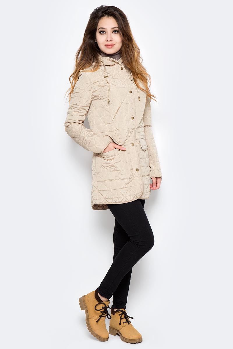 Куртка женская Sela, цвет: бежевый. CpQ-126/752-7360. Размер M (46)CpQ-126/752-7360Оригинальная женская куртка Sela станет отличным дополнением к повседневному гардеробу в прохладную погоду. Модель приталенного кроя с капюшоном на шнурке выполнена из высококачественного стеганого материала и дополнена двумя накладными карманами с клапанами на кнопках. Спереди изделие застегивается на молнию с ветрозащитной планкой на кнопках.