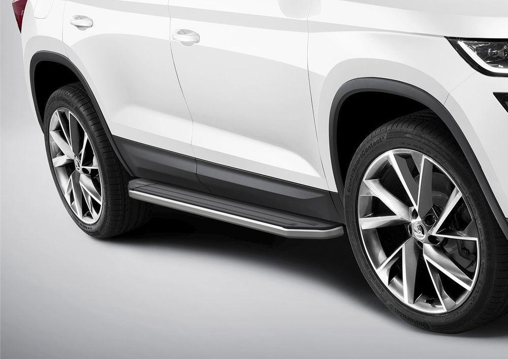 Пороги Rival, для Skoda Kodiaq 2017-, 180 см, 2 шт. A180ALP.5102.1A180ALP.5102.1Надежные пороги Rival обеспечивают удобство посадки в автомобиль водителю и пассажирам(в особенности детям), дополняют экстерьер автомобиля, придавая ему стильность и индивидуальность. Основное преимущество порогов Rival - наличие силовых кронштейнов, которые позволяют порогу выдерживать динамическую нагрузку до 300 кг, без повреждений конструкции.- Алюминиевая основа не поддается коррозии, обеспечивает легкость и прочность.- Накладка порога из прорезиненного пластика (возможен выбор дизайна) препятствует скольжению.- Препятствует повреждению боковых поверхностей автомобиля.- Установка в штатные места крепления не требует сверления и дополнительной доработки автомобиля.- Сохранение дорожного просвета (клиренса).-Возможность регулировки порогов при установке на автомобиле.-В комплекте стальной крепеж (толщина 5 мм) и инструкция по установке.Совместимость с дополнительным оборудованием и аксессуарами Rival и с большинством оригинальных аксессуаров.