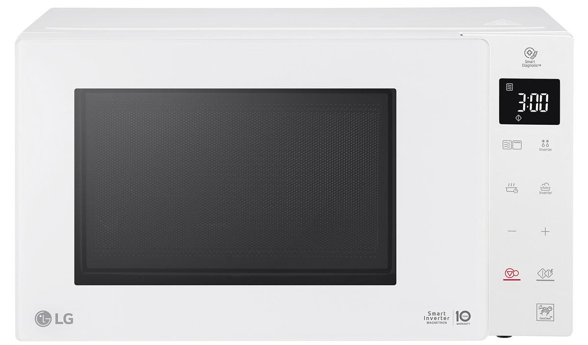 LG MB65W95GIH, White СВЧ-печь с грилемMB65W95GIHМикроволновая печь LG MB65W95GIH c технологией Smart Inverter. Благодаря высокой мощности в 1000 Вт и точностиуправления продукты размораживаются, подогреваются и готовятся более эффективно, а блюда порадуют васразнообразием. Точный контроль мощности микроволн обеспечивает более быстрый и равномерный подогрев блюд дляполучения лучшего вкуса. Система регулирования мощности микроволн обеспечивает более равномерное и быстрое размораживаниепродуктов, сохраняя их вкус и структуру. Высокая мощность в 1000 Вт позволяет готовить любимые блюда за меньшее время по сравнению страдиционными микроволновыми печами.Различные режимы позволят готовить разнообразно и приятно удивлять себя и своих близких. Функциизапекания, обжаривания, поддерживания заданной температуры и приготовления йогурта теперь доступны водном устройстве.Кварцевый гриль сокращает время приготовления пищи. Комбинация функции гриля и микроволн позволяет получать блюда сочные внутри и c аппетитной хрустящей корочкой снаружи.Специальное антибактериальное легкоочищаемое внутреннее покрытие EasyClean препятствуетраспространению бактерий на 99.99 % и устойчиво к механическим повреждениям и впитыванию жира,благодаря чему частички пищи не прилипают к стенкам печи и легко очищаются.6-угольная опора предотвращает проливание жидкости из ёмкости, стоящей на краю поворотного столика, и позволяет вам готовить без лишних хлопот.Внутренняя LED-подсветка белого цвета в 3 раза ярче чем в традиционных моделях, что помогаетконтролировать процесс приготовления пищи без открывания дверцы микроволновой печи иобеспечивает меньшее потребление электроэнергии.