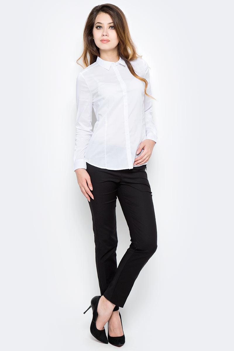 Рубашка женская Sela, цвет: белый. B-112/1303-7350. Размер 42B-112/1303-7350Классическая женская рубашка Sela, изготовленная из качественного материала, поможет создать стильный образ и станет отличным дополнением к повседневному гардеробу. Модель приталенного кроя с отложным воротничком застегивается спереди на пуговицы. Манжеты длинных рукавов также дополнены пуговицей. Модель подойдет для офиса, прогулок или дружеских встреч и будет отлично сочетаться с юбками, а также гармонично смотреться с джинсами и брюками. Мягкая ткань на основе хлопка, нейлона и эластана приятна на ощупь и комфортна в носке.