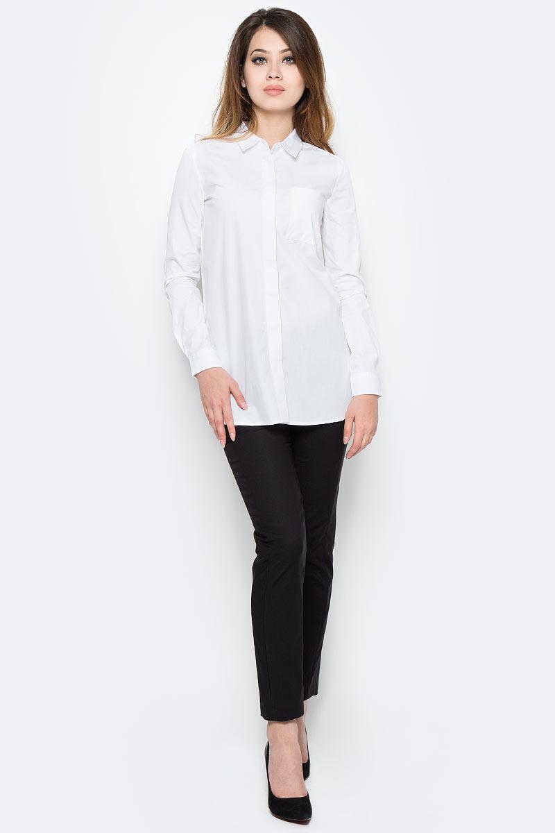 Рубашка женская Sela, цвет: белый. B-312/1172-7310. Размер 42B-312/1172-7310Стильная женская рубашка Sela, изготовленная в классическом стиле из натурального хлопка, поможет создать модный образ и станет отличным дополнением к повседневному гардеробу. Удлиненная модель прямого кроя с отложным воротничком застегивается спереди на пуговицы, скрытые планкой, и дополнена накладным карманом. Манжеты длинных рукавов также дополнены пуговицей. Модель подойдет для офиса, прогулок или дружеских встреч и будет отлично сочетаться с юбками, а также гармонично смотреться с джинсами и брюками. Мягкая тканьприятна на ощупь и комфортна в носке.