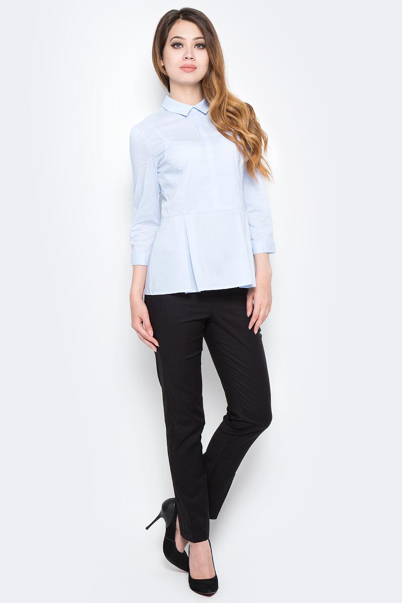 Блузка женская Sela, цвет: голубой. B-112/1306-7350. Размер 48B-112/1306-7350Стильная женская блузка Sela, изготовленная в классическом стиле из качественного материала, поможет создать модный образ и станет отличным дополнением к повседневному гардеробу. Модель приталенного кроя с отложным воротничком и широкой баской застегивается сзади на скрытую застежку-молнию и дополнена спереди декоративной планкой. Манжеты рукавов длиной 3/4 дополнены пуговицей. Модель подойдет для офиса, прогулок или дружеских встреч и будет отлично сочетаться с джинсами и брюками. Мягкая ткань на основе хлопка, нейлона и эластана приятна на ощупь и комфортна в носке.
