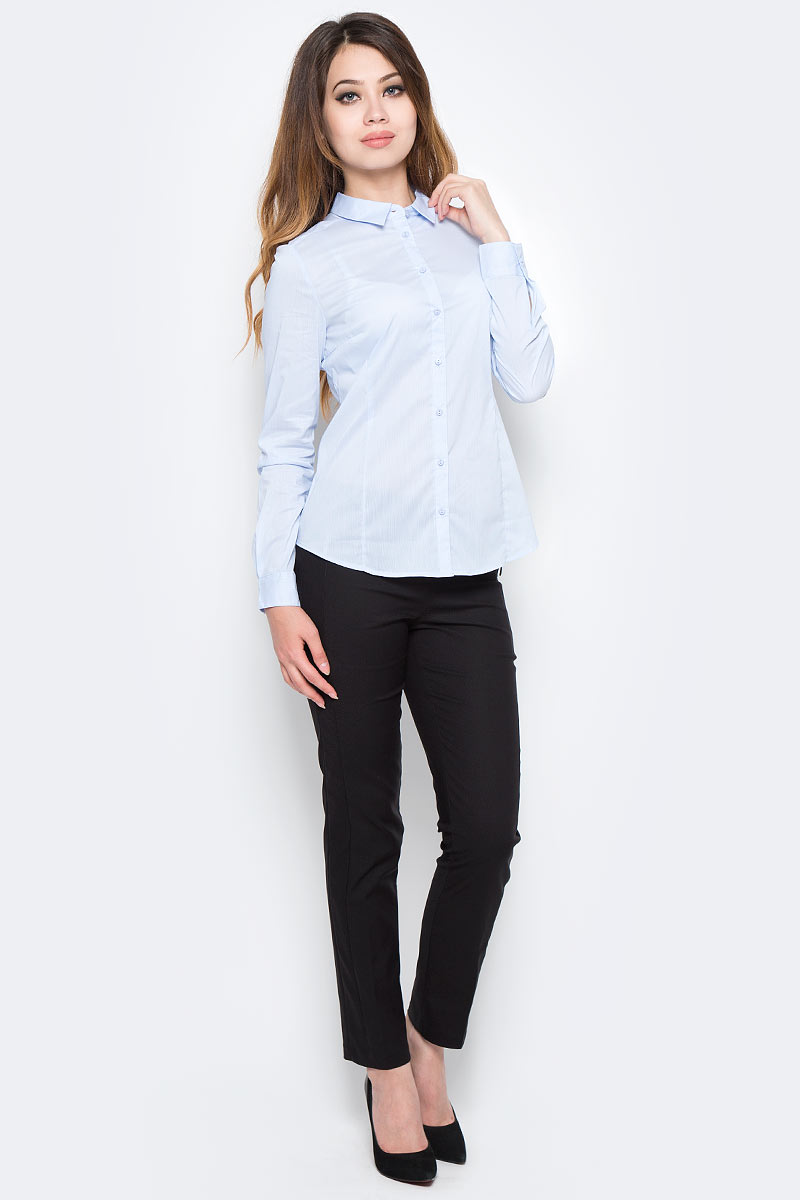 Рубашка женская Sela, цвет: голубой. B-112/1303-7350. Размер 46B-112/1303-7350Классическая женская рубашка Sela, изготовленная из качественного материала, поможет создать стильный образ и станет отличным дополнением к повседневному гардеробу. Модель приталенного кроя с отложным воротничком застегивается спереди на пуговицы. Манжеты длинных рукавов также дополнены пуговицей. Модель подойдет для офиса, прогулок или дружеских встреч и будет отлично сочетаться с юбками, а также гармонично смотреться с джинсами и брюками. Мягкая ткань на основе хлопка, нейлона и эластана приятна на ощупь и комфортна в носке.