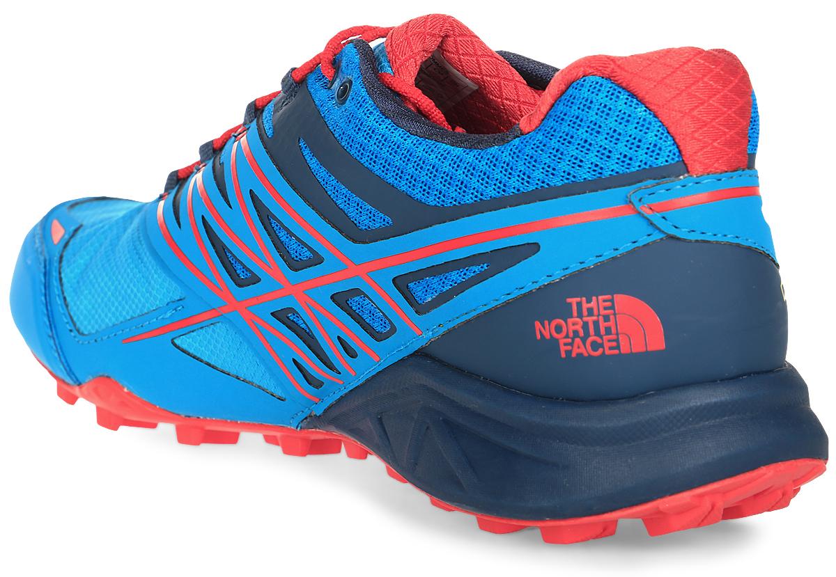 The North Face легкие и очень комфортные кроссовки для бега. Удобная шнуровка, верх из сетчатой ткани, мягкая пятка для облегченного входа - в этих кроссовках есть все для комфортного передвижения в течение всего дня. Рельефная поверхность подошвы гарантируют отличное сцепление на любых поверхностях. В таких кроссовках вашим ногам будет комфортно и уютно.