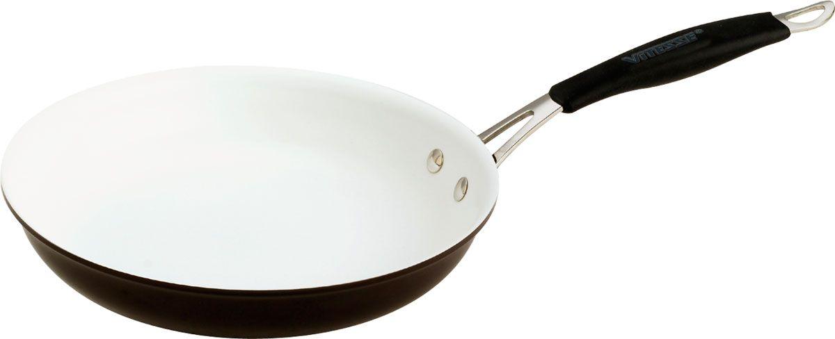 Сковорода Vitesse Jule, с керамическим покрытием. Диаметр 24 смVS-1917-brownСковорода Vitesse Jule выполнена с внутренним керамическим покрытием и внешним цветным анодированным покрытием. Прочная эргономичная ручка выполнена из нержавеющей стали в силиконовой оплетке. Равномерное распределение тепла в процессе приготовления.С такой сковородой приготовление здоровой пищи превратится в удовольствие.Сковорода подходит для всех типов плит, кроме индукционных. Можно мыть в посудомоечной машине. Характеристики: Материал: алюминий, сталь, керамическое покрытие, анодированное покрытие, силикон. Диаметр сковороды: 24 см. Высота стенок сковороды: 5 см. Длина ручки: 21 см. Изготовитель: Китай.