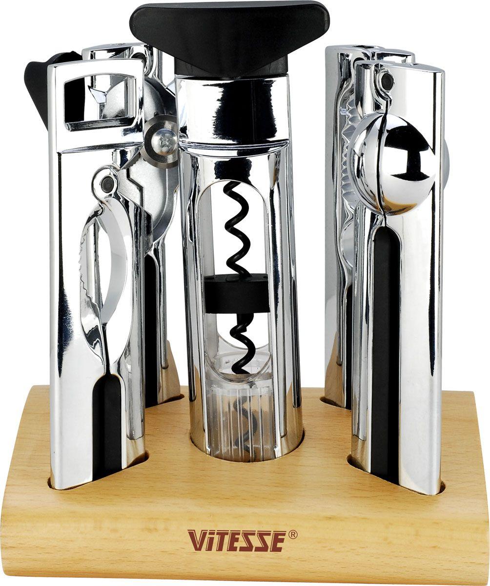 """В набор кухонных принадлежностей """"Vitesse"""" входит консервный ключ, пресс для чеснока, штопор, открывалка для бутылок, щипцы для колки орехов. Предметы набора изготовлены из нержавеющей стали с превосходно отполированным хромированным покрытием. Удобные ручки снабжены пластиковыми вставками. Предметы набора располагаются стильной деревянной подставке. Надежные и удобные в использовании кухонные принадлежности """"Vitesse"""" пригодятся в каждом доме и станут замечательным практичным подарком друзьям и близким.  Можно мыть в посудомоечной машине.    Характеристики: Материал: нержавеющая сталь, пластик, дерево.   Длина кухонный принадлежностей: 17 см.   Размер подставки (Д х Ш х В): 17 см х 11 см х 4,5 см.  Кухонная посуда марки """"Vitesse"""" из нержавеющей стали 18/10 предоставит вам все необходимое для получения удовольствия от приготовления пищи и принесет радость от его результатов. Посуда """"Vitesse"""" обладает выдающимися функциональными свойствами. Легкие в уходе кастрюли и сковородки имеют плотно закрывающиеся крышки, которые дают возможность готовить с малым количеством воды и экономией энергии, и идеально подходят для всех видов плит: газовых, электрических, стеклокерамических и индукционных. Конструкция дна посуды гарантирует быстрое поглощение тепла, его равномерное распределение и сохранение. Великолепно отполированная поверхность, а также многочисленные конструктивные новшества, заложенные во все изделия """"Vitesse"""" , позволит вам открыть новые горизонты приготовления уже знакомых блюд. Для производства посуды """"Vitesse"""" используются только высококачественные материалы, которые соответствуют международным стандартам."""