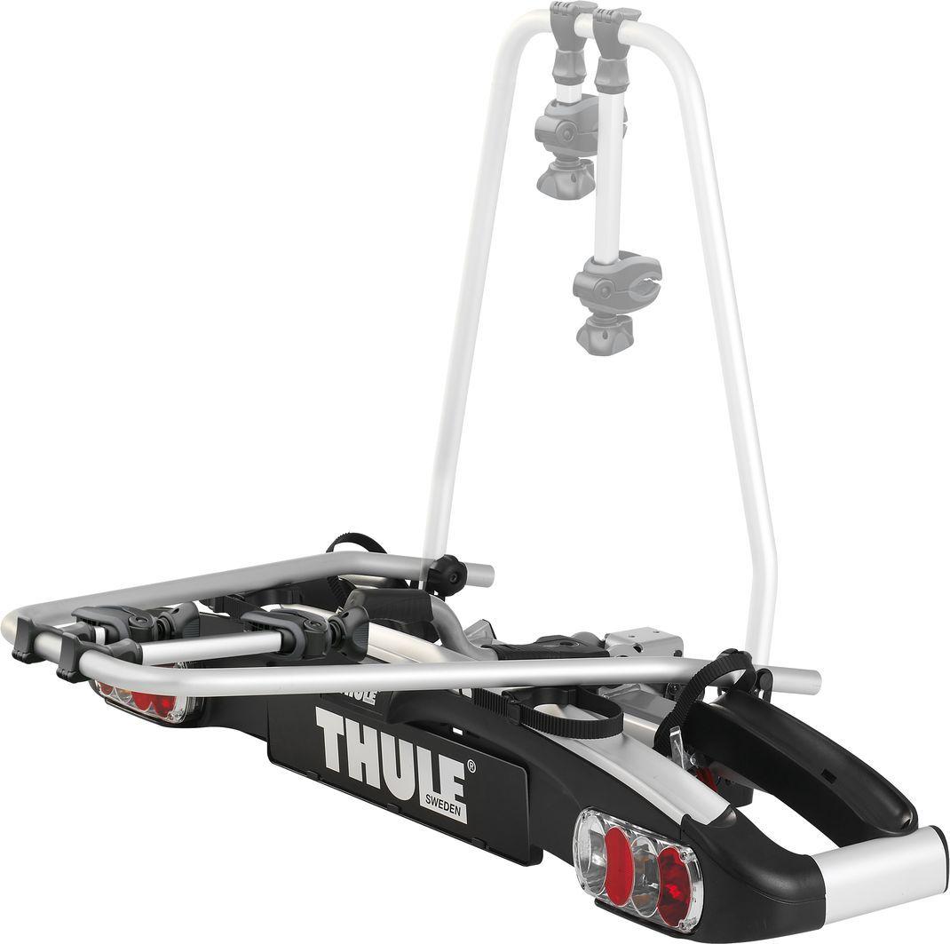 """Thule """"EuroClassic G6 LED"""" - лучшее в своем классе полноразмерное крепление для велосипедов, отличающееся большой универсальностью и   грузоподъемностью (для 2–3 велосипедов).  Особенности: - Съемные держатели рамы с кнопками ограничителя крутящего момента Thule AcuTight,   которые щелкают при достижении оптимального крутящего момента. - Грузоподъемность 25 кг на каждый велосипед, что позволяет перевозить   легкие модели электровелосипедов. - Грузоподъемность на один велосипед можно увеличить добавлением адаптера Thule """"Bike Adapter"""" 928-1. - Большое расстояние между держателями колес позволяет перевозить велосипеды-внедорожники с большой колесной базой . - Большой угол наклона позволяет открывать даже самые большие задние двери при установленных велосипедах. - Большой угол наклона с помощью ножной педали для быстрого доступа к багажнику, даже если велосипеды установлены. - Настраиваемое без усилий соединение при помощи одной руки, для простой установки крепления. - Пряжки прижимного типа с длинными ремням для колес позволяют легко пристегнуть колеса. - Запирает на ключ крепление на фаркопе, а велосипеды — на креплении (фиксаторы включены в комплект). - Задние фонари.  Максимальное количество велосипедов: 2 (3). Грузоподъемность: 51 кг. Максимальный вес велосипеда: 25 кг. Размеры: 139 x 45 x 84 см. Размеры в сложенном виде: 139 x 76 x 33 см. Вес: 17,6 кг. Совместимые размеры рам: 22-80 мм. Расстояние между велосипедами: 22 см. Установка колес на регулируемые держатели Pump buckles. Подходит автомобилям с внешней запасной шиной (необходим адаптер Thule """"Off-Road""""). Разъем питания: 13-pin.    Гид по велоаксессуарам. Статья OZON Гид"""