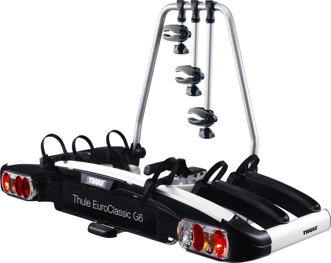 Велобагажник на фаркоп Thule EuroClassic G6 LED, для перевозки 3-х велосипедов929Велобагажник на фаркоп Thule EuroClassic G6 LED - полноразмерное крепление для велосипедов, отличающееся большой универсальностью и грузоподъемностью. Велосипеды фиксируются на креплении, а само крепление - на фаркопе с помощью замков (замки входят в комплект Особенности: Высокая грузоподъемность позволяет перевозить легкие электроприводные и тяжелые горные велосипеды; Возможность увеличить грузоподъемность до 4 велосипедов с помощью переходника Thule Bike Adapter 9281; Велосипеды легко фиксируются при помощи съемных держателей рамы с ручками для ограничения крутящего момента Thule AcuTight, которые щелкают при достижении оптимального момента затяжки; Большое расстояние между держателями колес позволяет перевозить велосипеды-внедорожники с большой колесной базой; Легкий доступ к багажнику (даже если установлены велосипеды) благодаря ножной педали для управления наклоном; Большой угол наклона позволяет открывать любые задние двери, в том числе и очень крупные; Регулируемое сцепление с возможностью управления одной рукой для удобной фиксации крепления; Колеса легко пристегиваются благодаря пряжкам прижимного типа с длинными ремнями для колес; Собранный, инструменты не требуются.Максимальное количество велосипедов: 3 (4) Грузоподъемность: 60 кгМаксимальный вес велосипеда: 25 кгРазмеры: 139 x 63 x 84 смРазмеры в сложенном виде: 139 x 76 x 30 смСовместимые размеры рам: 22-80 мм.Расстояние между велосипедами: 22 см.Гид по велоаксессуарам. Статья OZON Гид