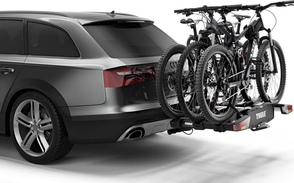 """Thule """"Easy Fold XT"""" - полностью складываемое, компактное и удобное крепление для велосипедов к фаркопу, совместимое с любыми велосипедами.    Особенности: - полностью складывается, что позволяет легко установить, поднимать и хранить, - высокая грузоподъемность позволяет   перевозить электроприводные и тяжелые горные велосипеды, - простота фиксации велосипедов за счет съемных держателей рамы с запирающимися   ручками для ограничения крутящего момента Thule AcuTight, которые щелкают при достижении оптимального крутящего момента, - большое расстояние   между держателями колес позволяет перевозить велосипеды-внедорожники с большой колесной базой, - регулируемые пряжки прижимного типа с   удлиненными ремнями обеспечивают простую фиксацию колес (толщиной до 4,7""""), позволяя перевозить велосипеды с толстыми колесами, - удобный   доступ к багажнику даже с установленными велосипедами благодаря регулируемому наклону ножной педали, - удобная установка и регулировка   крепления для велосипедов до затяжки фиксатора благодаря высокой надежности и изначальной жесткости крепления к фаркопу, - эргономичная   транспортировка велосипедного крепления благодаря встроенным колесам и наличию ручки для переноски, -  фиксируйте велосипеды на креплении, а   само крепление — на фаркопе с помощью замков (замки в комплекте), - задние фары.  Максимальное количество велосипедов: 3. Грузоподъемность: 60 кг. Максимальный вес велосипеда: 30 кг. Размеры: 123 x 83 x 86 см. Размеры в сложенном виде: 31 x 83 x 86 см. Вес: 23,1 кг. Совместимые размеры рам: 22–80 мм. Расстояние между велосипедами: 22/19 см. Разъем питания: 13-pin.    Гид по велоаксессуарам. Статья OZON Гид"""