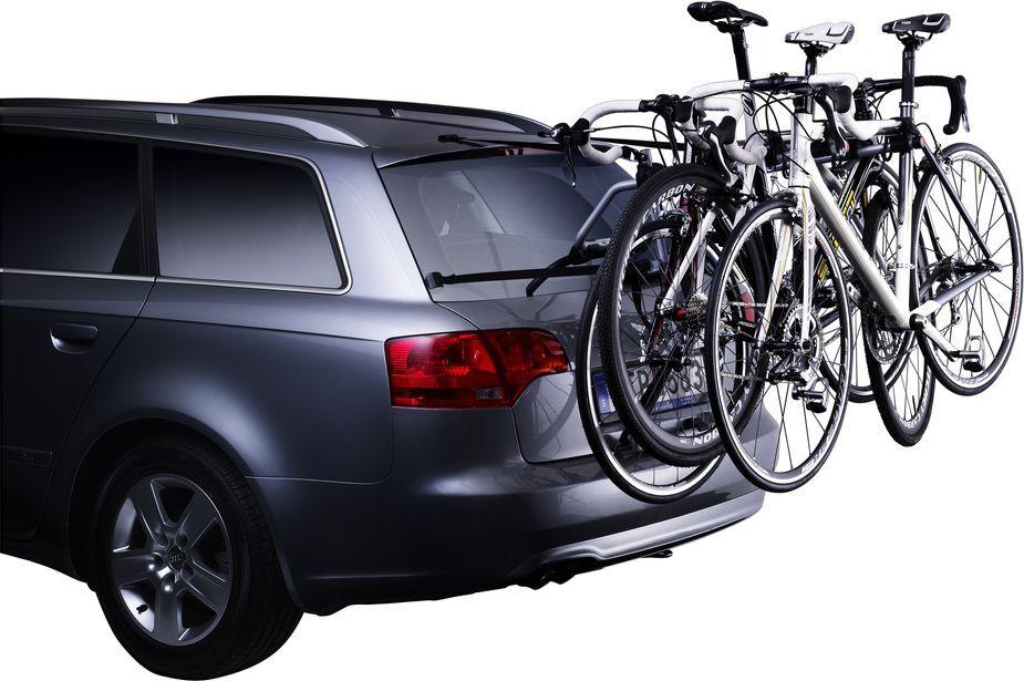 """Thule """"Freeway""""- простое крепление для трех велосипедов, устанавливаемое на задней двери, разработано для хетчбэков и седанов.  Особенности: - Все детали, соприкасающиеся с автомобилем и велосипедами, покрыты резиной для дополнительной защиты. - Возможно присоединение панели с фонарями """"Thule"""" 976. Технические характеристики: Максимальное количество велосипедов: 3. Грузоподъемность: 45 кг. Максимальный вес велосипеда: 15 кг. Размеры: 56 x 82 x 78 см. Размеры в сложенном виде: 56 x 21 x 113 см. Вес: 5,1 кг. Совместимые размеры рам: все.    Гид по велоаксессуарам. Статья OZON Гид"""