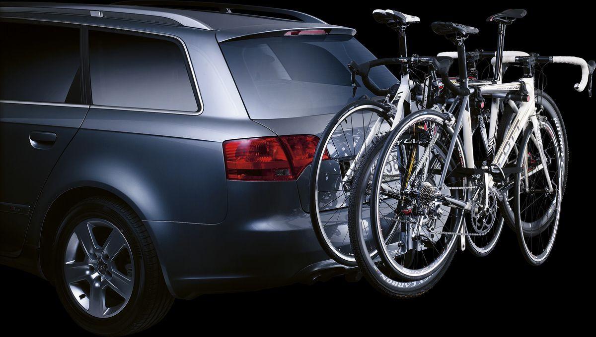"""Thule """"HangOn"""" - откидное крепление для трех велосипедов.  Особенности: - Прочное соединение, которое не требует предварительной регулировки для фиксации. - Мягкие защитные держатели рам удерживают велосипеды в установленном положении. - Функция наклона для обеспечения легкого доступа к багажнику с установленными велосипедами. - Компактно складывается для простоты хранения и переноски. - Подходит для всех велосипедов, включая подростковые модели с колесами размером 20"""".  Максимальное количество велосипедов: 3. Грузоподъемность: 45 кг. Максимальный вес велосипеда: 15 кг. Размеры: 48 x 55 x 76 см. Размеры в сложенном виде: 48 x 16 x 81 см. Вес: 7,2 кг.    Гид по велоаксессуарам. Статья OZON Гид"""