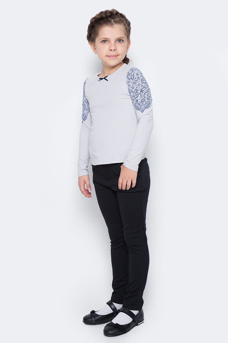 Блузка для девочки Nota Bene, цвет: серый. CJR27033A20. Размер 128CJR27033A20/CJR27033B20Блузка для девочки Nota Bene выполнена из хлопкового трикотажа. Модель с длинными рукавами и круглым вырезом горловины оформлена принтом в виде кружева. Блузка декорирована атласным бантиком.