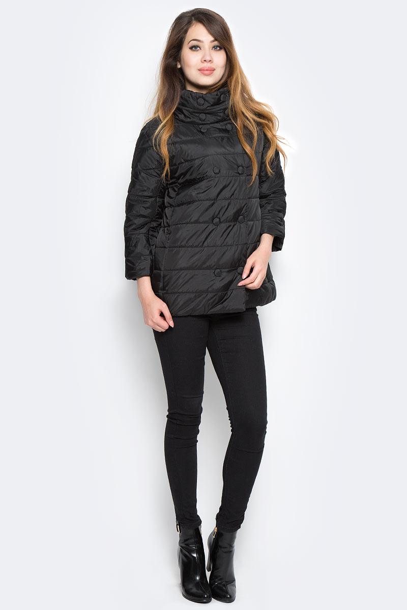 Куртка женская Sela, цвет: черный. Cp-126/748-7360. Размер L (48)Cp-126/748-7360Стильная женская куртка Sela станет отличным дополнением к повседневному гардеробу в прохладную погоду. Модель А-силуэта с цельнокроеными рукавами длиной 3/4 и высоким воротником-стойкой, надежно защищающим от ветра, выполнена из стеганой плащевой ткани и дополнена двумя прорезными карманами на скрытой молнии. Спереди изделие застегивается на два ряда кнопок.
