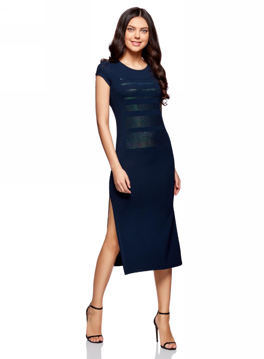 Платье oodji Ultra, цвет: темно-синий, серебряный. 14001178/42626/9191P. Размер L (48)14001178/42626/9191PТрикотажное платье oodji изготовлено из качественного смесового материала. Облегающая модель выполнена с короткими рукавами и круглым вырезом. Спереди платье декорировано серебристой аппликацией из отдельных элементов, по бокам имеются разрезы.