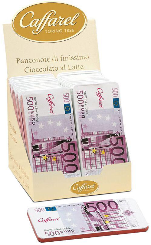 Caffarel Евро шоколад молочный, 100 гМС-00001865Шоколад молочный Евро Каффарель - изысканный шоколад в форме евро. Искушение, которому сложно противостоять!Компания Caffarel, расположенная в Турине, пользуется бесспорной репутацией лидера на итальянском шоколадном рынке. История компании началась с того, что в конце 18 века сеньор Доре Бозелл изобрел машину по измельчению и смешиванию какао-бобов. В 1826 году Пьер Поль Каффарель приобрел это изобретение для своей шоколадной мастерской на улице Балбис в Сан-Донато, в Турине. Вскоре компания Caffarel выпускает свою визитную карточку - конфеты Джандуйа. Около 30 процентов этой конфеты состояло из перемолотых лесных орехов. Свое название конфеты получили по имени карнавального персонажа-марионетки Джандуйа (GIANDUJA), олицетворяющего образ коренного жителя Пьемонта - итальянской области. Форма конфет так же была связанна с куклой, в основу конфет была положена треугольная шляпа персонажа.В 1865 году во время карнавала Каффарель угощал всех желающих своим новым изобретением от лица куклы Джандуйа. Конфеты пришлись по вкусу всем участникам карнавала, а начинка из перемолотых орехов вскоре получила имя - пралине.