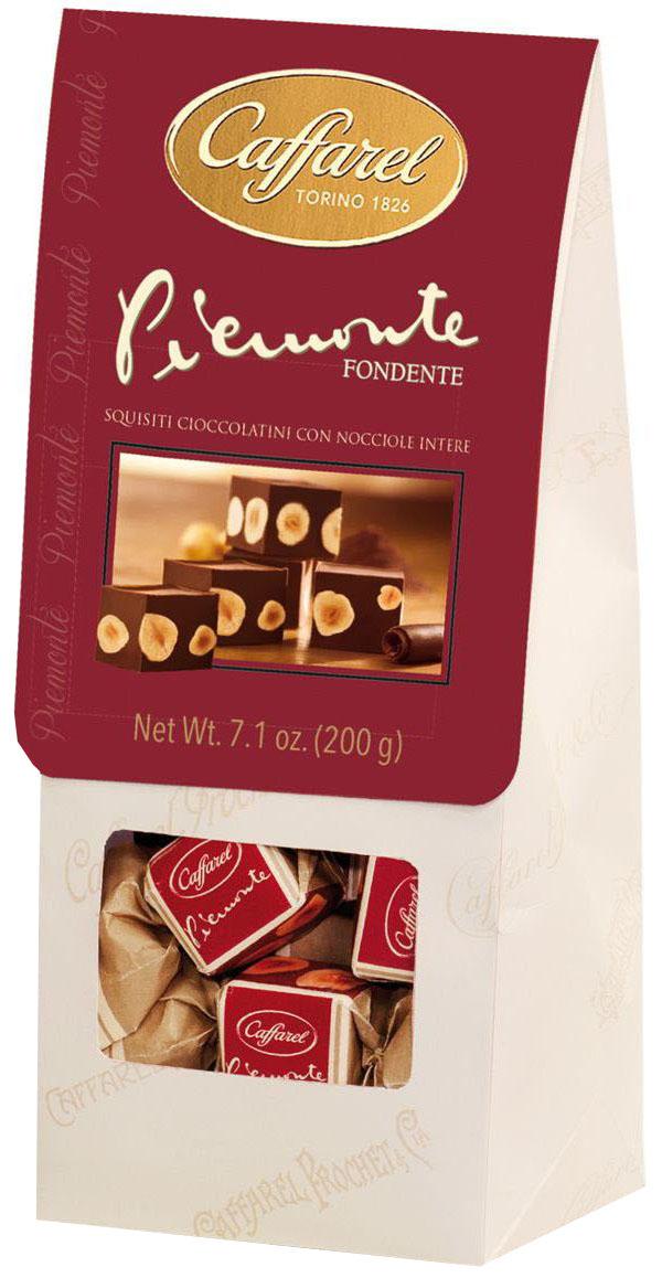 Caffarel Piemonte конфеты из темного шоколада с шоколадной пастой джандуйа с цельным лесным орехом, 200 гМС-00004830Конфеты из темного шоколада Piemonte с шоколадной пастой Джандуйа с цельным лесным орехом - превосходный подарок для ценителей изысканных сладостей. Уникальные конфеты приготовлены по оригинальной семейной рецептуре из темного шоколада и отборных орехов. Великолепны в сочетании с кофе, коньяком, элитными сортами чая.Компания Caffarel, расположенная в Турине, пользуется бесспорной репутацией лидера на итальянском шоколадном рынке. История компании началась с того, что в конце 18 века сеньор Доре Бозелл изобрел машину по измельчению и смешиванию какао-бобов. В 1826 году Пьер Поль Каффарель приобрел это изобретение для своей шоколадной мастерской на улице Балбис в Сан-Донато, в Турине. Вскоре компания Caffarel выпускает свою визитную карточку - конфеты Джандуйа. Около 30 процентов этой конфеты состояло из перемолотых лесных орехов. Свое название конфеты получили по имени карнавального персонажа-марионетки Джандуйа (GIANDUJA), олицетворяющего образ коренного жителя Пьемонта - итальянской области. Форма конфет так же была связанна с куклой, в основу конфет была положена треугольная шляпа персонажа.В 1865 году во время карнавала Каффарель угощал всех желающих своим новым изобретением от лица куклы Джандуйа. Конфеты пришлись по вкусу всем участникам карнавала, а начинка из перемолотых орехов вскоре получила имя - пралине.