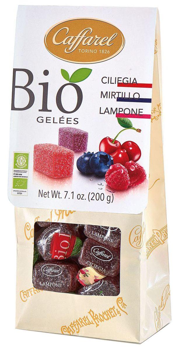 Caffarel Био конфеты фруктово-желейные ассорти вишня, малина, черника, 200 гМС-00005303Конфеты фруктово-желейные БИО изготовлены из натуральных ингредиентов по семейному рецепту. В каждой конфете – аромат и вкус свежих ягод. Идеальны для любителей насыщенных натуральных вкусов. О компании Компания Caffarel, расположенная в Турине, пользуется бесспорной репутацией лидера на итальянском шоколадном рынке. История компании началась с того, что в конце 18 века сеньор Доре Бозелл изобрел машину по измельчению и смешиванию какао-бобов. В 1826 году Пьер Поль Каффарель приобрел это изобретение для своей шоколадной мастерской на улице Балбис в Сан-Донато, в Турине. Вскоре компания Caffarel выпускает свою визитную карточку - конфеты Джандуйа. Около 30 процентов этой конфеты состояло из перемолотых лесных орехов. Свое название конфеты получили по имени карнавального персонажа-марионетки Джандуйа (GIANDUJA), олицетворяющего образ коренного жителя Пьемонта - итальянской области. Форма конфет так же была связанна с куклой, в основу конфет была положена треугольная шляпа персонажа.В 1865 году во время карнавала Каффарель угощал всех желающих своим новым изобретением от лица куклы Джандуйа. Конфеты пришлись по вкусу всем участникам карнавала, а начинка из перемолотых орехов вскоре получила имя - пралине.