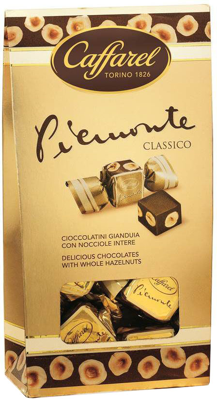 Caffarel конфеты из молочного шоколада Piemonte с шоколадной пастой джандуйа и цельным лесным орехом, 110 гМС-00007671Конфеты из молочного шоколада Piemonte с шоколадной пастой Джандуйа с цельным лесным орехом Каффарель. Первое публичное признание пришло к конфетам Джандуйя в 1865 году, когда их создатель Пьер Поль Каффарель угощал ими всех желающих на городском карнавале. Кукла Джандуйя дарила конфеты под своим именем всем желающим. Новинка пришлась по вкусу, а начинка из перемолотых орехов вскоре получила название пралине. Год же публичного признания конфет Джандуйя увековечен в названии флагманского продукта марки Каффарель Джандуйя 1865. О производителе: Компания Caffarel, расположенная в Турине, пользуется бесспорной репутацией лидера на итальянском шоколадном рынке. История компании началась с того, что в конце 18 века сеньор Доре Бозелл изобрел машину по измельчению и смешиванию какао-бобов. В 1826 году Пьер Поль Каффарель приобрел это изобретение для своей шоколадной мастерской на улице Балбис в Сан-Донато, в Турине. Вскоре компания Caffarel выпускает свою визитную карточку - конфеты Джандуйа. Около 30 процентов этой конфеты состояло из перемолотых лесных орехов. Свое название конфеты получили по имени карнавального персонажа-марионетки Джандуйа (GIANDUJA), олицетворяющего образ коренного жителя Пьемонта - итальянской области. Форма конфет так же была связанна с куклой, в основу конфет была положена треугольная шляпа персонажа.В 1865 году во время карнавала Каффарель угощал всех желающих своим новым изобретением от лица куклы Джандуйа. Конфеты пришлись по вкусу всем участникам карнавала, а начинка из перемолотых орехов вскоре получила имя - пралине.