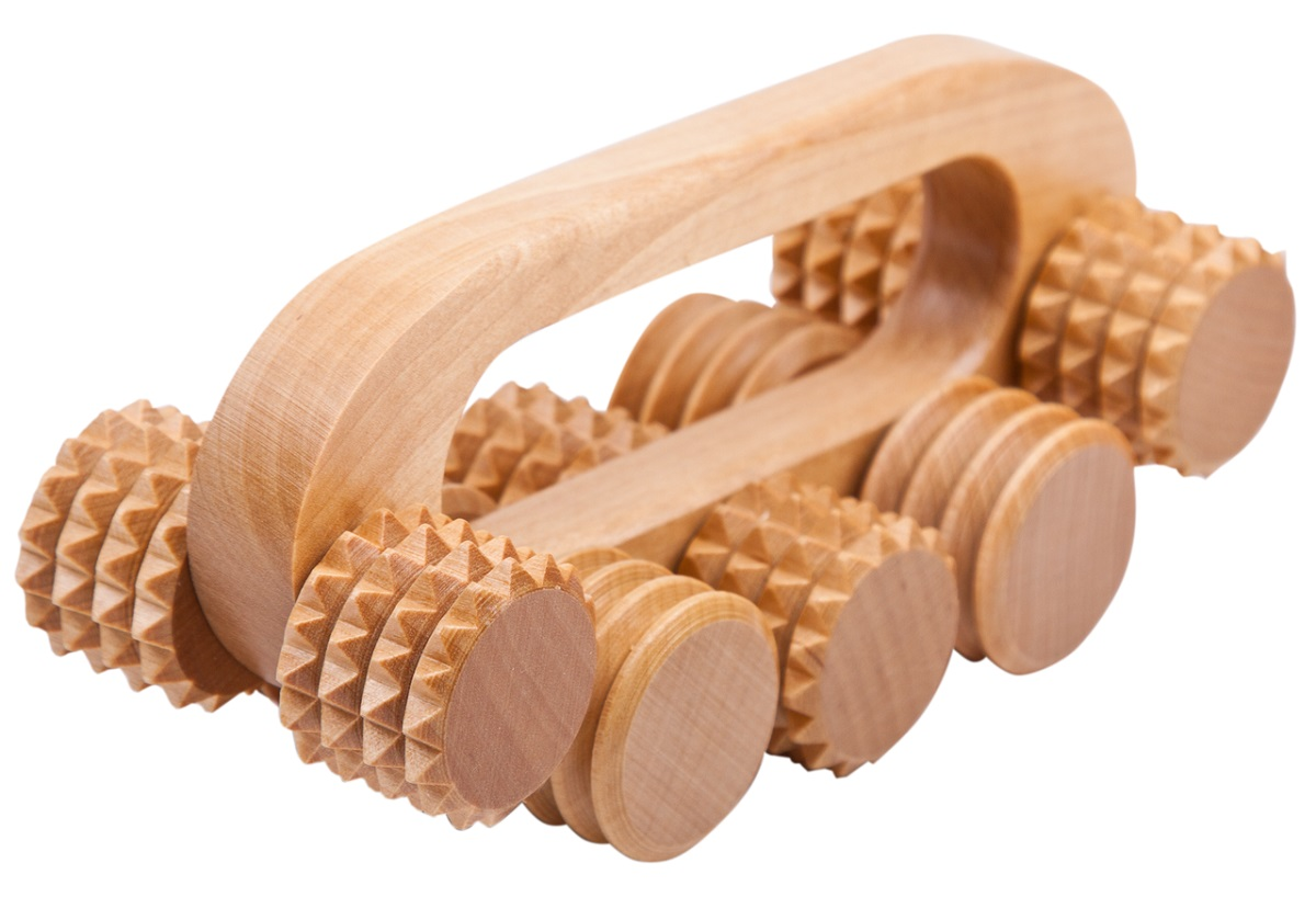 Этот массажер окажется для вас хорошим помощникам, как в борьбе с целлюлитом, так и при массаже спины. Особенное удовольствие дает массаж с использованием ароматических и лечебных масел. Дерево легко пропитывается предварительно нагретыми маслами, надолго сохраняя их запах. Использование массажеров с деревянными валиками позволяет сочетать массаж с ароматерапией.