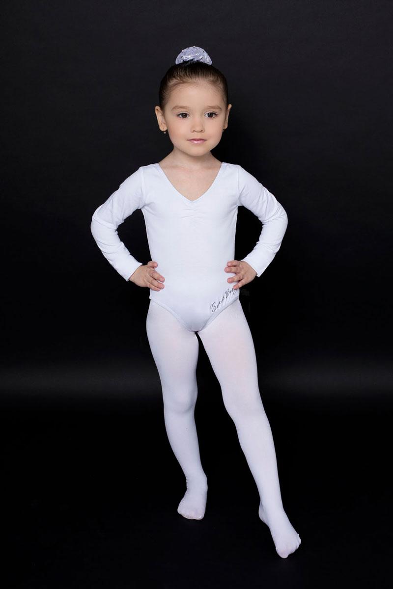 Купальник гимнастический для девочки Luminoso, цвет: белый. 734509. Размер 152/158734509Гимнастический купальник для девочки Luminoso прекрасно подойдет для занятий гимнастикой и танцами. Купальник изготовлен из эластичного хлопка, он мягкий и приятный на ощупь, не раздражает кожу, обеспечивая наибольший комфорт во время занятий. Эластичные швы не препятствуют движениям. Купальник имеет длинные рукава, V-образный вырез горловины и круглый глубокий вырез на спинке. Спереди модель дополнена надписью Sweet Berry.